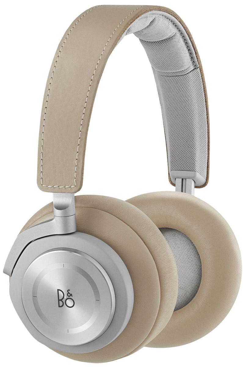 Bang & Olufsen BeoPlay H7, Natural беспроводные наушники1643046Bang & Olufsen BeoPlay H7 - беспроводные наушники с поддержкой технологии Bluetooth версии 4.2, аудиокодеков aptX и AAC.Наушники оснащены емким литий-ионным аккумулятором, полного заряда которого хватит примерно на 20 часов прослушивания музыки при средней громкости. В случае полного разряда батареи наушники можно подключить и с помощью входящего в комплект традиционного соединительного кабеля. Зарядить аккумулятор можно через интерфейс USB как от сетевого блока питания, так и от ПК.В конструкции наушников также применяются отборные материалы высокого качества, а их сборка производится вручную. Сравнительно небольшой вес сделали данную модель комфортной при длительном ношении, а также удобной для использования в дороге. Хорошая шумоизоляция позволяет получить высокое качество звука даже на невысокой громкости, что дополнительно продлевает время работы от автономного источника питания. Кроме того, наушники оснащены весьма полезной функцией автоотключения, которая срабатывает после 15-минутного перерыва в прослушивании музыки.Bang & Olufsen BeoPlay H7 имеют оригинальное сенсорное управление громкостью звука и порядком воспроизведения композиций, которое осуществляется с помощью касаний тыльной стороны правой чашки. Крепление чашек к оголовью сделано поворотным, благодаря чему наушники займут немного места в багаже.Время зарядки: 3 часа