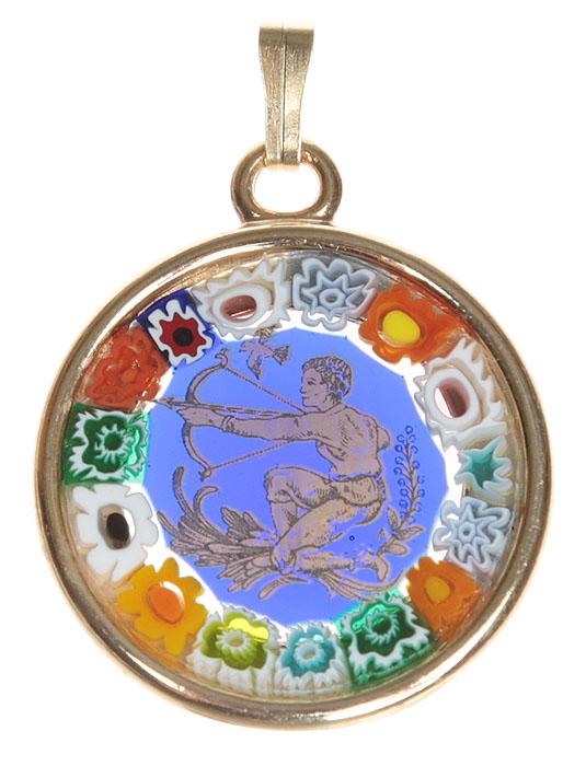 Кулон Стрелец. Муранское стекло, металл, золочение, ручная работа. Murano, Италия (Венеция)Ожерелье (короткие многоярусные бусы)Кулон Стрелец, из серии Знаки зодиака.Муранское стекло, металл, золочение, ручная работа.Murano, Италия (Венеция).Диаметр - 2,5 см.Оригинальная упаковка.Каждое изделие из муранского стекла уникально и может незначительно отличаться от того, что вы видите на фотографии.