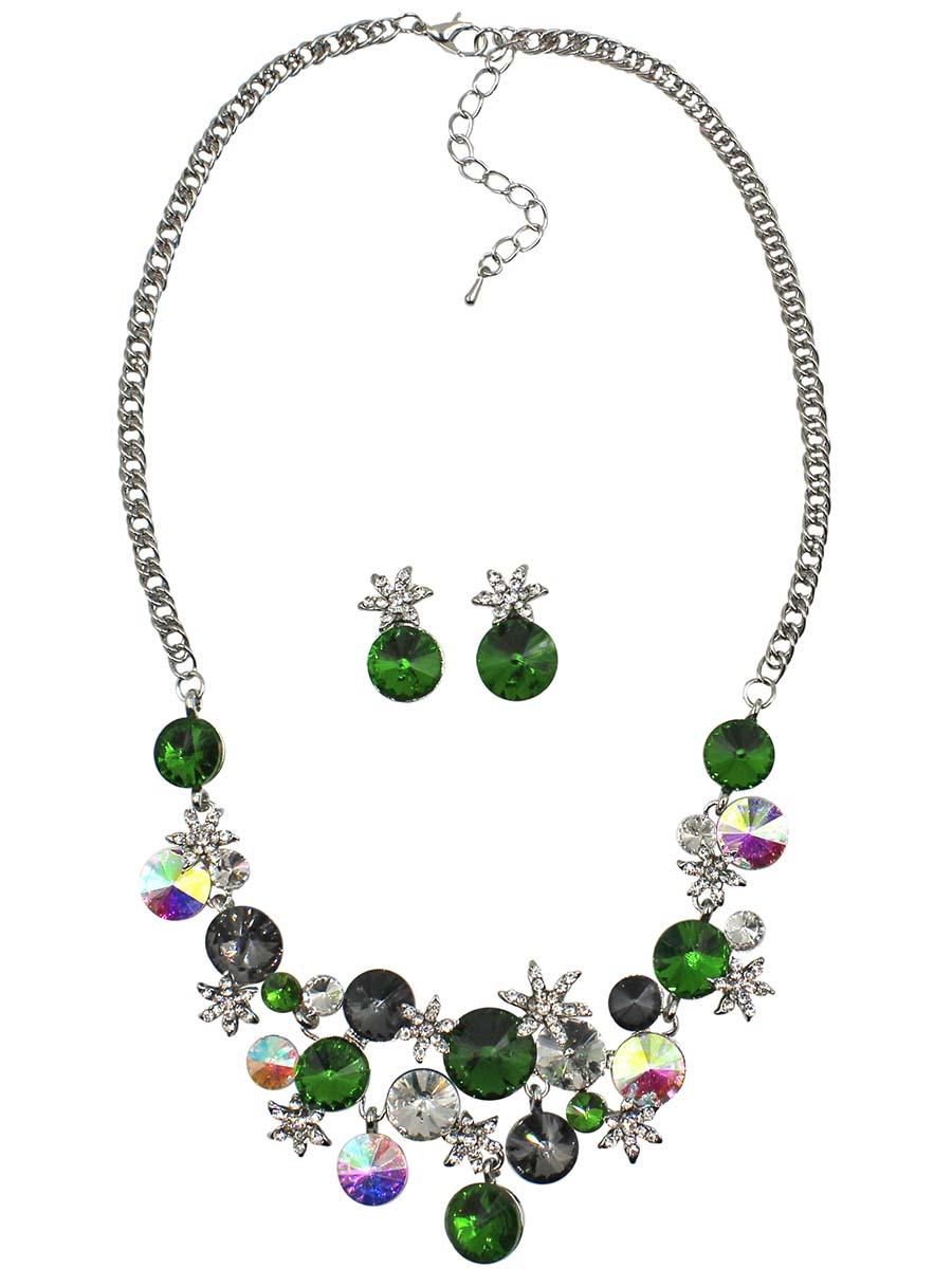 Набор бижутерии Taya: серьги, колье, цвет: серебро, зеленый. T-B-10840-SET-SL.GREENПуссеты (гвоздики)Комплект украшений из колье и сережек, изготовлен из гипоаллергенного бижутерного сплава. Серьги-гвоздики с заглушкой металл-пластик. Колье выполнено в цветочной тематике с различными вкраплениями из камней и страз. Колье имеет надежную застежку-карабин с регулирующей длину цепочкой.