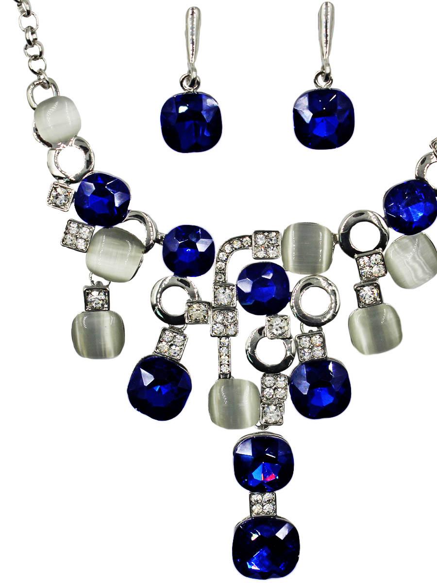 Набор бижутерии Taya: серьги, колье, цвет: серебро, темно-синий. T-B-11520-SET-SL.D.BLUEПуссеты (гвоздики)Комплект из колье и серег с английским замком изготовлен из гипоаллергенного бижутерного сплава. Колье оформлено спереди стильной фигурой, составленной из различных камней и металла. Серьги представляют собой небольшие камушки.