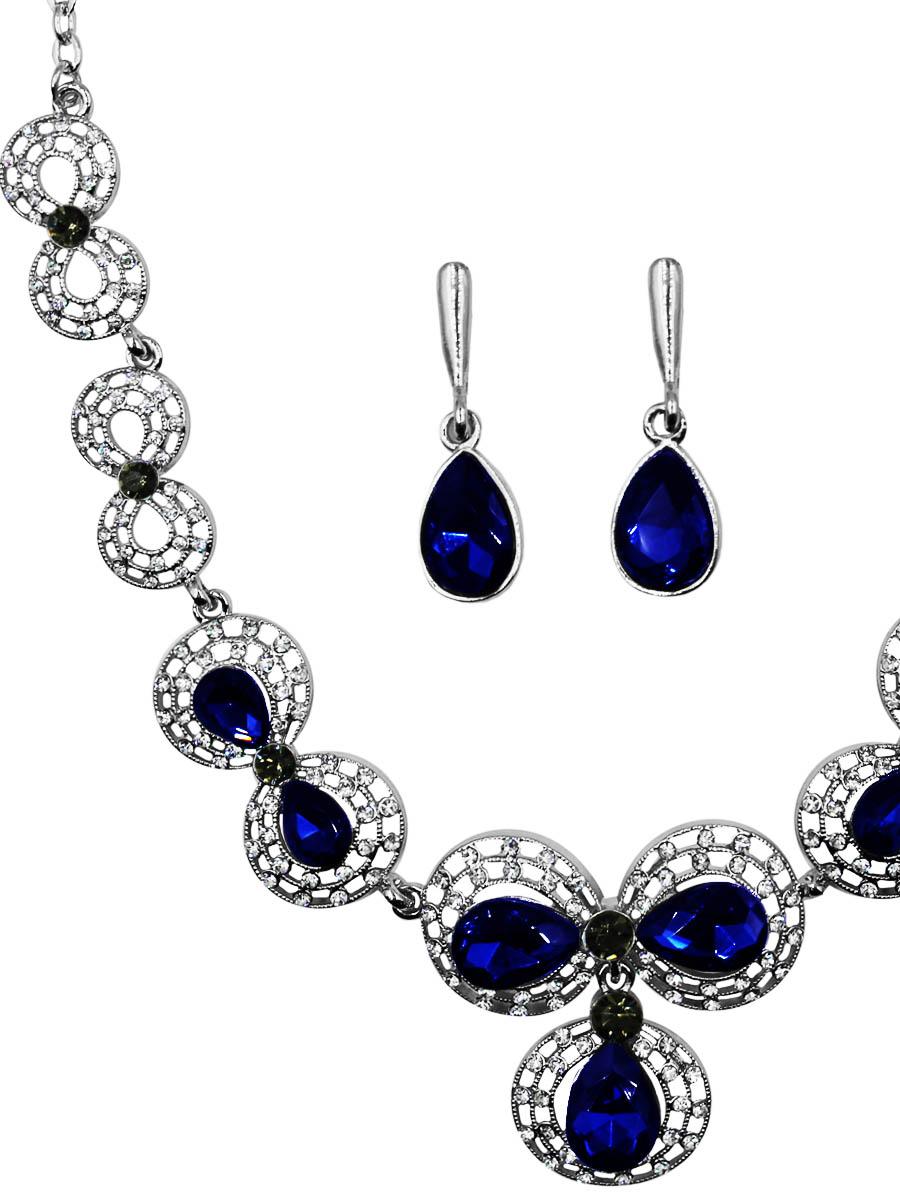 Набор бижутерии женский Taya: серьги, колье, цвет: серебро, синий. T-B-11534-SET-SL.NAVYПуссеты (гвоздики)Украшение мягких округлых форм, нежное и изящное изготовлено из гипоаллергенного бижутерного сплава. Оформлено колье блестящими мелкими стразами и крупными кристаллами. Все это крепится на кружевную-винтажную окантовку. Колье имеет надежную застежку-карабин с регулирующей длину цепочкой. Серьги с классическим английским замком.Оформлены подвеской в форме кристалла.