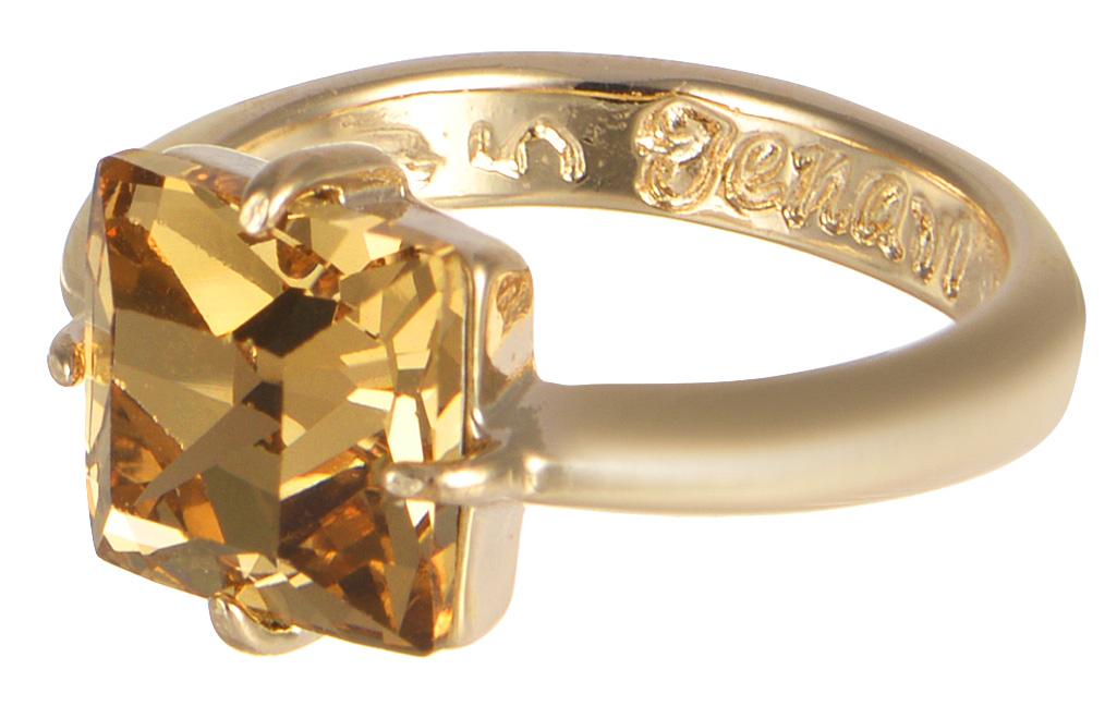 Кольцо Jenavi Циркония. Ларен SW, цвет: золотой. r664p025. Размер 15Коктейльное кольцоКольцо Jenavi Ларен SW из коллекции Циркония изготовлено из гипоаллергенного ювелирного сплава с позолотой и украшено ярким кристаллом Swarovski классической квадратной формы. Очарованию этого аксессуара невозможно противостоять. Это позолоченное колечко станет прекрасным аксессуаром для современной модницы, которая любит демонстрировать передовые взгляды и надевать самые актуальные украшения. Сочетание крупного искрящего переливами солнечных бликов кристалла Swarovski с нежной элегантностью тонкого позолоченного кольца всегда будет актуальным.