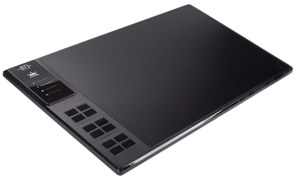Huion WH1409 (Wi-Fi), Black графический планшетWH1409Графический планшет Huion WH1409 имеет крупнейшую в мире рабочую поверхность размером 351 х 218 мм, на которой вы можете свободно рисовать. Еще больше свободы придает беспроводное Wi-Fi подключение к компьютеру. Благодаря аккумулятору 2000 мАч, планшет может работать до 40 часов без подзарядки. Если этого не достаточно, подключите кабель и продолжайте работать во время зарядки.Этот планшет имеет 12 программируемых клавиш, которые можно запрограммировать как вам удобно. Клавиши реализованы в виде блоков (3 блока по 4 клавиши), что позволит группировать любимые сочетания. Также у Huion WH1409 есть встроенные 8 ГБ памяти, которые позволят вам носить проекты с собой.Технология: Электромагнитный резонансРабочая область: 13,8 х 8,6 дюйма (351 мм х 218 мм)Максимальная скорость отклика: 233 RPSКоличество клавиш Express Keys: 12Чувствительность: 2048 уровняМинимальная высота работы пера: 10 ммЭнергопотребление 5 вольт постоянного тока 0.35 Вт / Li-ion аккумуляторДлина кабеля USB: 1,5 мВстроенная память 8 ГБСистемные требования: Windows 7/8/8.1/10, Mac OS X 10.8.0 и выше
