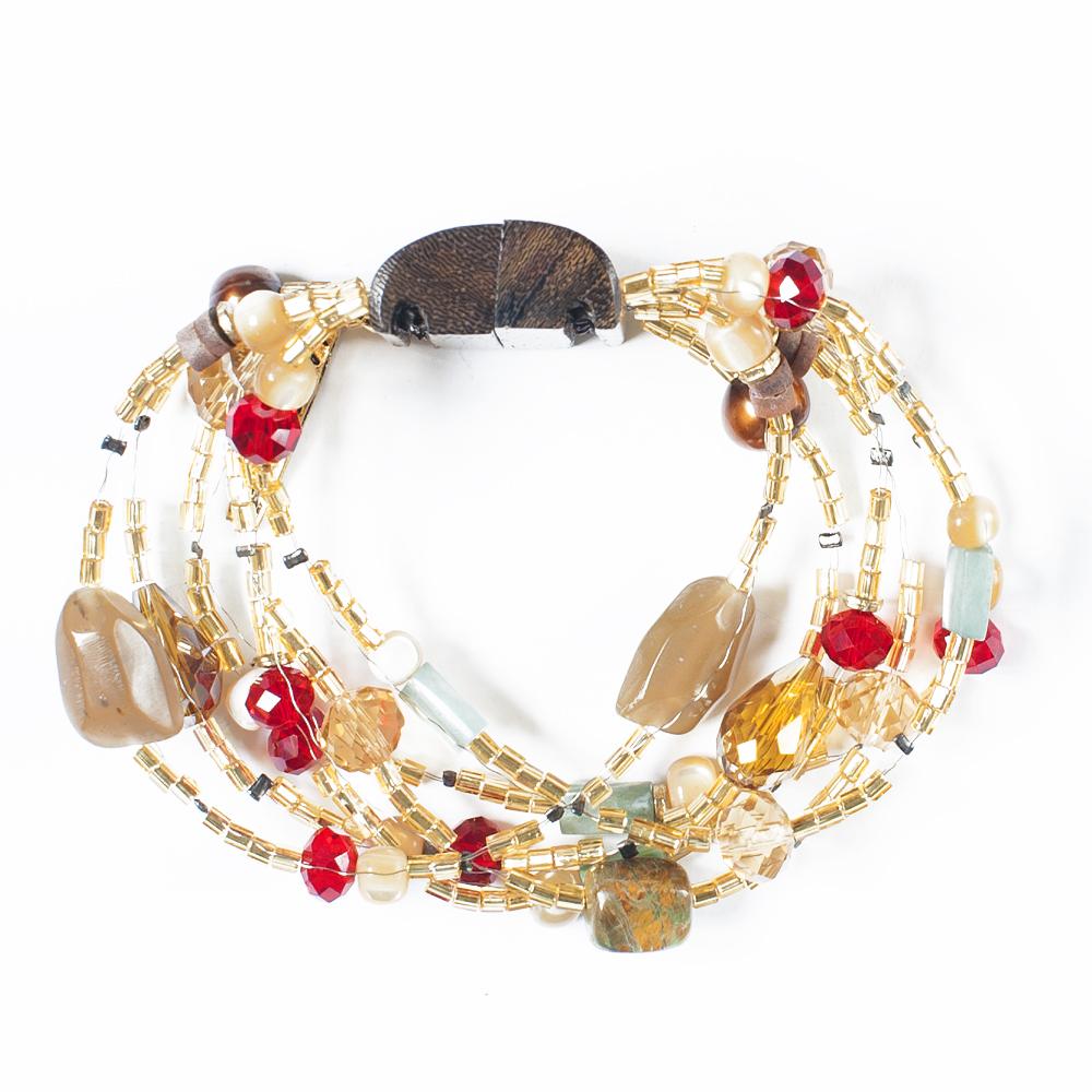 Браслет Selena Enigma, цвет: золотистый, красный. 40054810Браслет с подвескамиИзящный браслет Selena изготовлен из бисера, ювелирной смолы, пальмового дерева и ювелирного стекла. Браслет состоит из нескольких нитей, на которые нанизаны бусины, бисер и декоративные элементы. Вставки: нефрит, искусственный жемчуг, кристаллы Preciosa, гальваническое покрытие: золото.Стильный браслет поможет дополнить любой образ и привнести в него завершающий яркий штрих.