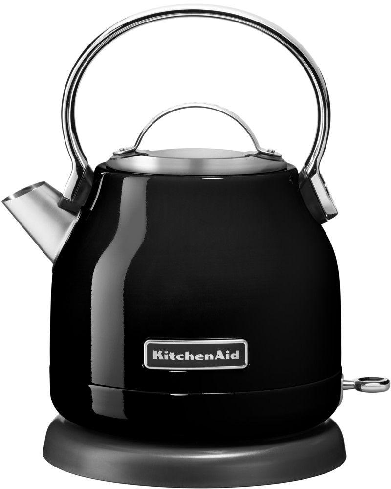 KitchenAid 5KEK1222EOB, Black чайник электрический5KEK1222EOBЭлектрический чайник KitchenAid 5KEK1222EOB объемом 1,25 л. - это стильная вещь, необходимая для идеальной чайной церемонии. Новый чайник удачно сочетает в себе ностальгическое очарование наплитных чайников, яркие фирменные расцветки и дает возможность насладиться всеми преимуществами электрического нагрева. - Быстро кипятит воду благодаря эффективному нагревательному элементу - Автоматически отключается и имеет защиту от включения без воды - На внутренней стенке чайника нанесена мерная шкала. - Широкое отверстие для наполнения водой. - Носик, предотвращающий стекание капель и брызги. - Съемный фильтр от накипи, для идеально чистой воды. - Удобная алюминиевая ручка с гладкой поверхностью и алюминиевая крышечка. - Оригинальная кнопка включения/выключения с диодной подсветкой делает управление чайником невероятно простым и комфортным. - Прочный корпус из нержавеющей стали порыт стекловидной эмалью, стойкой к сколам и царапинам. - Поворотная база на 360о с нишей для хранения шнура - Стильный, компактный дизайн идеален даже для небольшой кухни.
