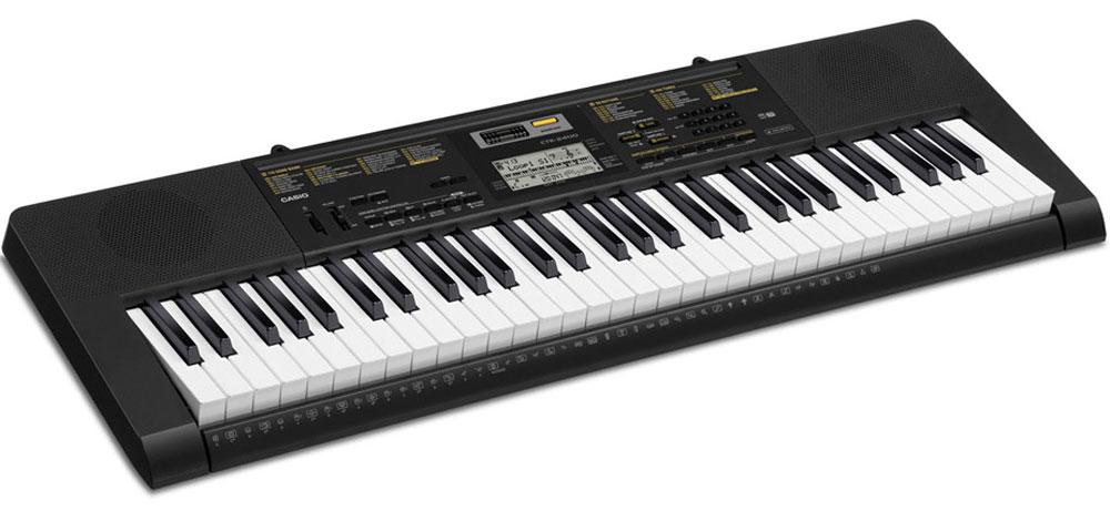 Casio CTK-2400, Black цифровой синтезаторCTK-2400Где бы вы не находились, компактный цифровой синтезатор Casio CTK-2400 сможет собрать воедино все частички вашего музыкального опыта, и выразить его в вашей игре. Насладитесь качеством 400 тембров процессора AHL и познакомьтесь с улучшенной функцией семплирования. Используя встроенный микрофон, легко создавать семплы, которые могут использоваться как часть ритмического аккомпанемента и эффекты. Дополнительные возможности, такие, как 150 стилей и пошаговая обучающая система сделают знакомство с миром музыки еще более интересным и увлекательным.MIDI: стандарт GM 1