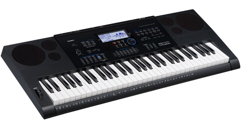 Casio CTK-6200, Black цифровой синтезаторCTK-6200Музыканты, которые ищут одновременно первоклассный по звучанию и мощный по творческим возможностям инструмент, сразу оценят модель СТК-6200. Огромные возможности обработки и создания собственных музыкальных композиций достигаются в СТК-6200 не только путем редактирования стилей или создания собственных уникальных тембров, но и за счет наличия функций, помогающих при игре в реальном времени (регистрационная память, арпеджиатор, авто гармонизатор). Также немаловажно наличие слота для SD карт, позволяющего записывать любые идеи на внешний цифровой носитель.Чувствительные к касаниюклавиши фортепианного типа дают возможность экспрессивной игры с разными динамическими нюансами. Высококачественные 700 AHL тембров воссоздают чистые и динамичные звуки, которые можно использовать как для классических фортепианных произведений так и во многих других жанрах.210 ритмов дают возможность яркого погружения в мир музыки.Арпеджиатор разделяет аккорд, проигрываемый на клавиатуре, на последовательность отдельных нот и автоматически их воспроизводит. Идеален для стилей данс и электро!Можно создать и сохранить до 100 уникальных тембров, изменяя настройки базовых. Редактируются такие параметры, как attack time, release time, filter cut-off, vibrato, reverb send и chorus send. Поп-ритмы с джазовыми чертами, танцевальные стили с элементами рока - объединяйте и редактируйте партии разных стилей при помощи редактора стилей. Эта функция дает возможность изменения басовой фразы или звука ударных. Можно сохранить до 10 полученныхстилей.Разнообразие звуков в лучшем проявлении: CTK-6000 может проигрывать до 48 нот одновременно, превращая интерпретацию любых музыкальных произведений в истинное удовольствие. Быстрый доступ: тембр, стиль, темп и другие настройки можно быстро сохранять и извлекать с помощью регистрационной памяти (32 ячейки: 8 банков х 4 установки). Отличное подспорье для игры на сцене.БиблиотекаМузыкальных предустановок позволяет одним