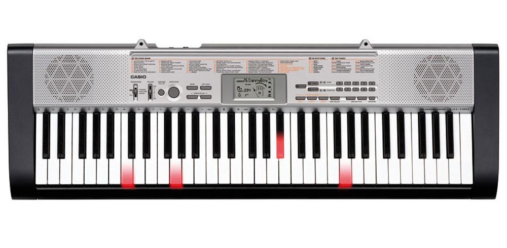 Casio LK-130, Black Silver цифровой синтезаторLK-130С цифровым синтезатором Casio LK-130 знакомиться с музыкой очень легко - благодаря подсветке клавиш. Используя 61 клавишу фортепианного типа и 3-х уровневую систему обучения, новичок очень быстро освоит новые произведения. 100 тембров, 50 потрясающих стилей и 100 встроенных композиций для обучения вдохновят любого, а стильный дизайн и компактность довершат отличное впечатление от инструмента.Динамики: 2 x 2 ВтВыходное сопротивление: 78 Ом