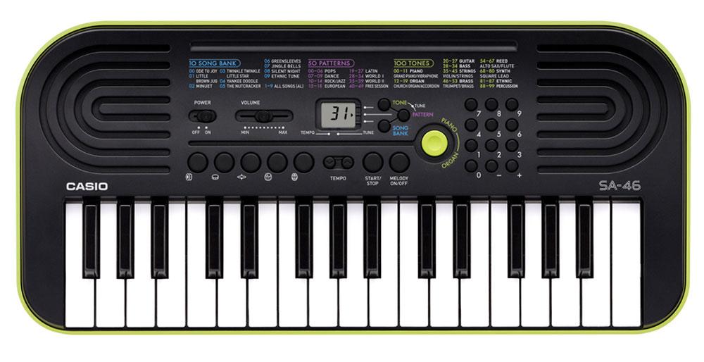Casio SA-46, Green цифровой синтезаторSA-46Цифровой синтезатор Casio SA-46, несмотря на малый размер и всего лишь 32 клавиши, это не просто игрушка, а полноценный музыкальный инструмент для начинающих. Во-первых, в нем присутствуют солидная 8-ми нотная полифония и прекрасное звучание всех 100 встроенных тембров и 50 стилей. А во-вторых, мини клавиатура данной модели отлично подходит для детских пальчиков.Ваше любимое звучание одним нажатием: кнопка переключения фортепиано / органа дает возможность быстрого выбора звучания. Для переключения достаточно нажать на кнопку.Обширный репертуар из 100 тембров предлагает великолепное качество.Мелодии на каждый вкус: 100 мелодий для разучивания дают возможность освоить разные стили. Наглядно и удобно: ЖК дисплей обеспечивает быстрый доступ ко всем функциям инструмента.Выбери правильный ритм. Барабанные пэды - замечательное введение в мир цифровых ударных инструментов. Пять кнопок, для отдельного барабана или перкуссии облегчают игру ритма и дают возможность солировать одним нажатием. Возможность отключения мелодии - эффективный способ освоить правую руку. Для разучивания предложено 10 композиций.Динамики: 2 x 0,5 Вт
