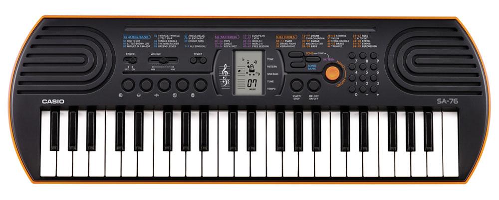 Casio SA-76, Orange цифровой синтезаторSA-76Цифровой синтезатор Casio SA-76 с 44 клавишами предлагает всем начинающим уникальные музыкальные возможности. 100 тембров, 50 стилей, встроенные композиции для обучения, новейший звуковой процессор с серьезной для таких синтезаторов 8-ми нотной полифонией, а также ЖК дисплей, помогающий с первых шагов разобраться в 2-х строчной нотной грамоте - все это делает инструмент отличным помощником для начинающего музыканта.Ваше любимое звучание одним нажатием: кнопка переключения фортепиано / органа дает возможность быстрого выбора звучания. Для переключения достаточно нажать на кнопку.Обширный репертуар из 100 тембров предлагает великолепное качество.Мелодии на каждый вкус: 100 мелодий для разучивания дают возможность освоить разные стили. Наглядно и удобно: ЖК дисплей обеспечивает быстрый доступ ко всем функциям инструмента.Выбери правильный ритм. Барабанные пэды - замечательное введение в мир цифровых ударных инструментов. Пять кнопок, для отдельного барабана или перкуссии облегчают игру ритма и дают возможность солировать одним нажатием. Возможность отключения мелодии - эффективный способ освоить правую руку. Для разучивания предложено 10 композиций.Динамики: 2 x 0,8 Вт