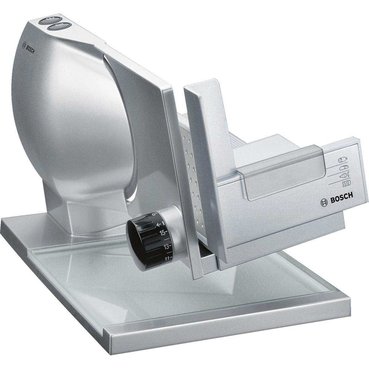 Bosch MAS9454M ломтерезкаMAS9454MПремиальная универсальная резка Bosch MAS9454M имеет металлический корпус и нож с волнообразной заточкой 2 в 1 MultiCut.Хлеб, сыр, ветчина, овощи: острый нож с волнообразной заточкой быстро и качественно нарежет разные виды продуктов ровными ломтиками.Нарежет точно, будь то толстый ломоть хлеба или тончайший кусочек колбасы: благодаря плавно регулируемой толщине нарезки от 0 до 15 мм.Профессиональный подход: благодаря наклонной рабочей поверхности нарезанные кусочки попадают непосредственно на интегрированный сервировочный поднос.Два режима — импульсной и длительной нарезки. Какой из них использовать - зависит от того, сколько надо отрезать кусочков. Защитный кожух ножа, кнопка безопасного включения, а также резиновые ножки для устойчивости и суппорт для подачи продуктов с защитой пальцев обеспечивают безопасную эксплуатацию прибора.Регулировка толщины нарезки до 15 ммПриподнятая рабочая поверхность с уклоном 10°Большие легко скользящие салазкиИнтегрированный поднос для нарезанных продуктовСуппорт для продуктов с защитой пальцевНож полностью закрыт защитным кожухом