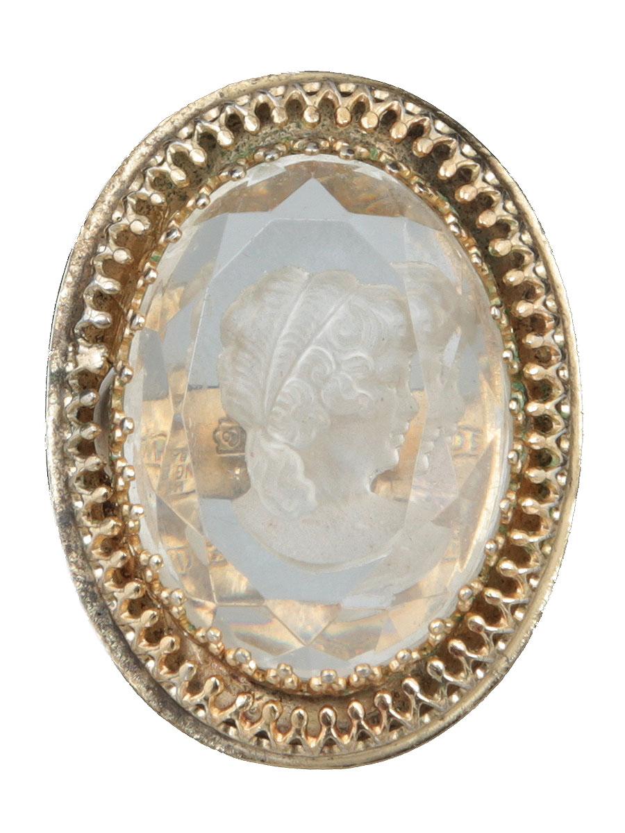 Винтажное кольцо Камея от Whiting Davis Company. Ювелирный сплав золотого тона, художественное стекло. США, 1960-е годыКоктейльное кольцоВинтажное кольцо Камея от Whiting Davis Company. Ювелирный сплав золотого тона, художественное стекло.США, 1960-е годы. Размер кольца: 19.Размер камеи: 2,5 х 3 см. Кольцо маркировано на внутренней стороне клеймом: Whiting Davis Co.Сохранность хорошая.