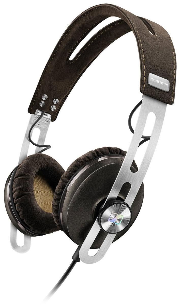 Sennheiser Momentum 2.0 On-Ear (А), Brown наушники506394Наушники второго поколения Sennheiser Momentum 2.0 On-Ear отличаются повышенным комфортом, складной конструкцией и односторонним сменным кабелем с пультом управления и микрофоном. Sennheiser Momentum 2.0 оснащены новыми 18-омными преобразователями Sennheiser, которые гарантируют полное, детальное звучание и широкую звуковую картину.В наушниках используются амбушюры новой, ассиметричной конструкции из мягкого воздухопроницаемого материала алькантара (Alcantara) для лучшего комфорта и снижения влияния окружающего шума.