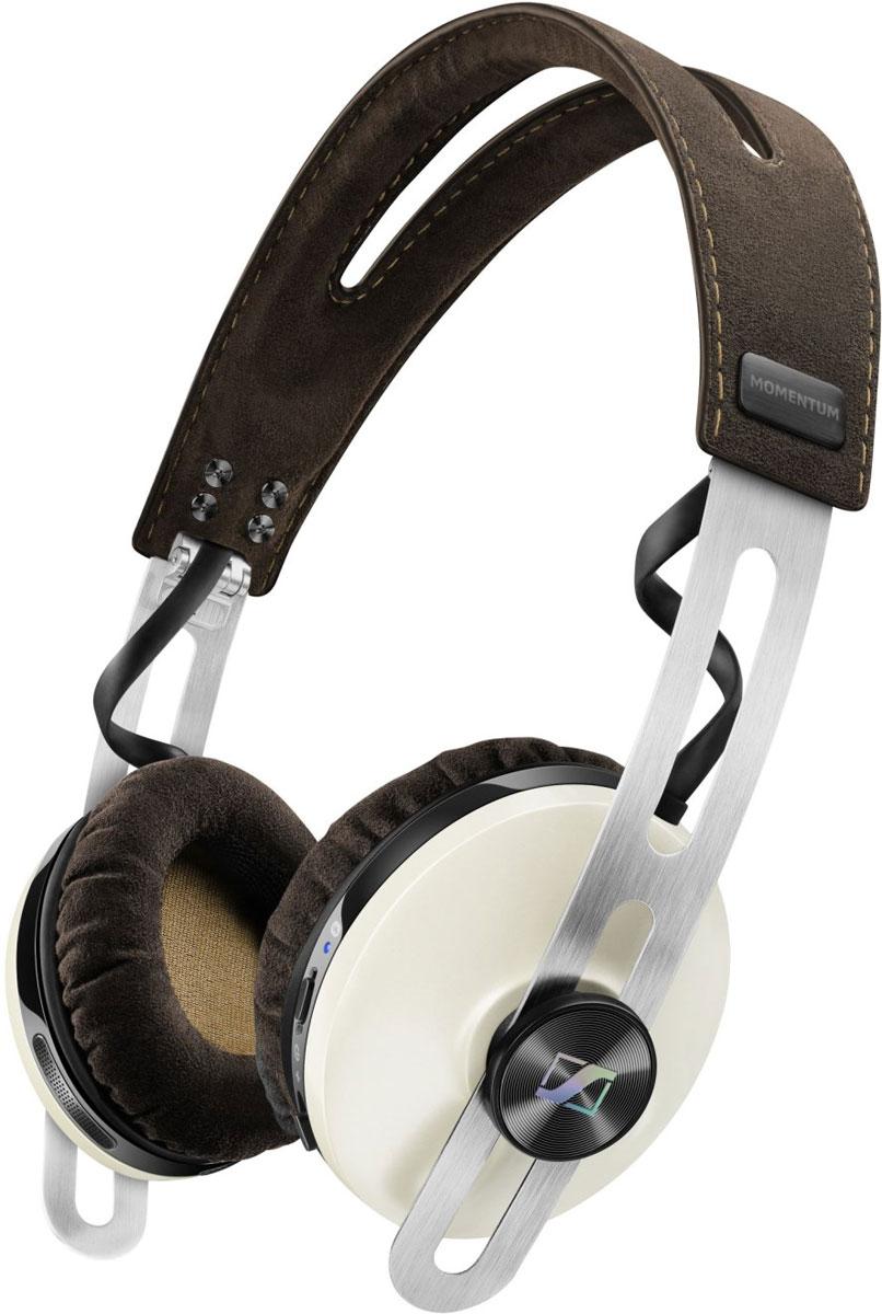 Sennheiser Momentum 2.0 On-Ear Wireless, Ivory наушники506387Наушники Sennheiser Momentum 2.0 On-Ear Wireless отличаются повышенным комфортом и складной конструкцией.В наушниках используются амбушюры новой, ассиметричной конструкции из мягкого воздухопроницаемого материала алькантара (Alcantara).Новые 18-омные преобразователи Sennheiser гарантируют полное, детальное звучание и широкую звуковую картину.Гибридная технология активного шумоподавления NoiseGard в схеме которой, в общей сложности задействованы 4 микрофона отвечает за снижение уровня окружающего шума, а функция VoiceMax, в работе которой используется 2 микрофона отвечает за разборчивость речи.Режим мульти-соединения позволяет работать с двумя устройствами одновременно (сохраняется в памяти до 8 устройств).