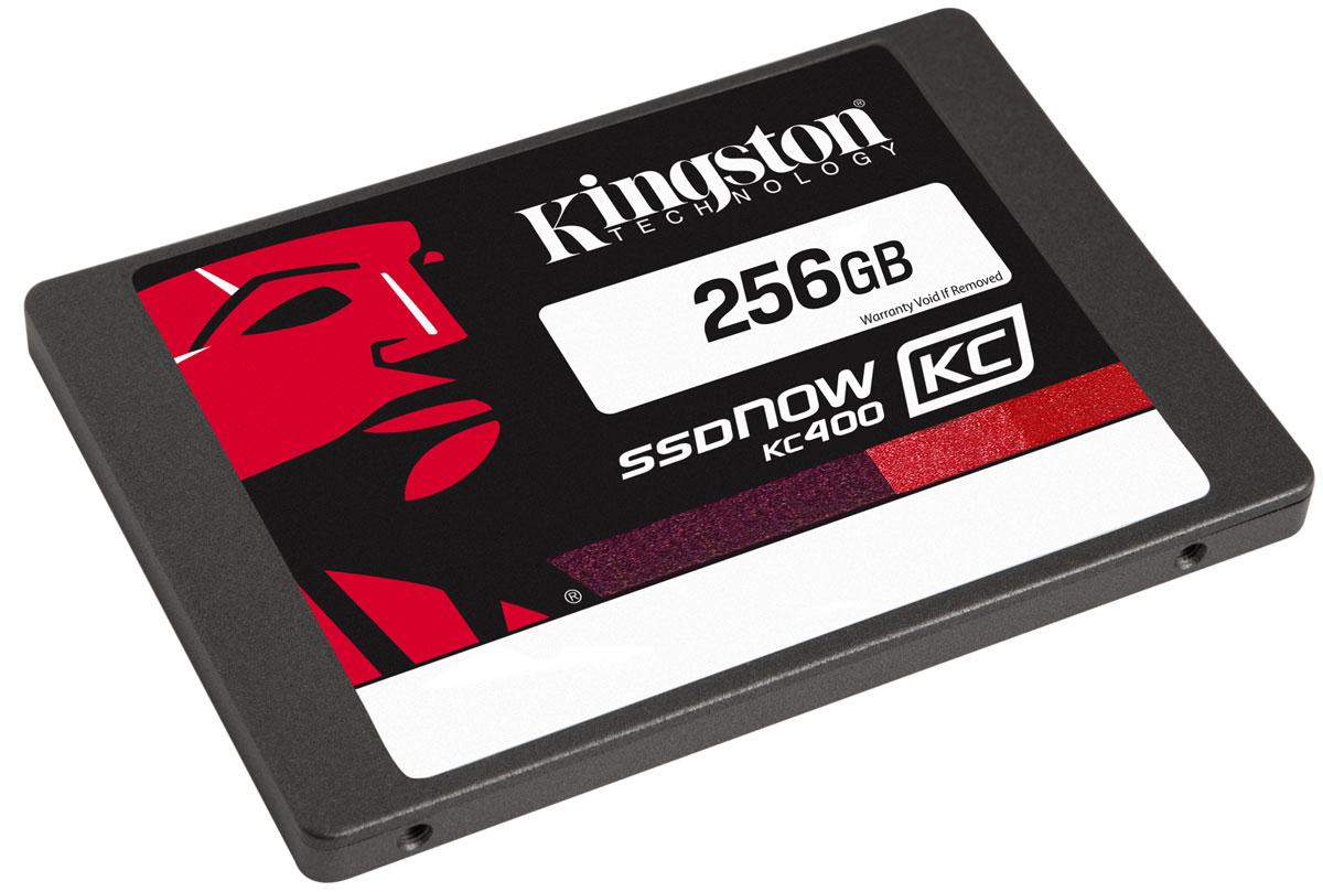 Kingston KC400 256GB SSD накопитель (SKC400S3B7A/256G)SKC400S3B7A/256GТвердотельный накопитель Kingston KC400 работает в 15 раз быстрее по сравнению с жестким диском. Он обеспечивает стабильную скорость для сжимаемых и несжимаемых данных и повышает отзывчивость систем при запуске ресурсоемких приложений. В нем используется 8-канальный контроллер Phison PS3110-S10 и четырехъядерный процессор для ускорения обработки повседневных задач и повышения продуктивности.Накопитель обеспечивает сквозную защиту данных и поддерживает технологию SmartECC для сохранности данных, а также SmartRefresh для защиты от ошибок чтения. В случае возникновения ошибок данные воссоздаются; накопитель восстанавливается после аварийного отключения питания, благодаря защите от отключения питания на основе встроенного ПО. Современный контроллер и память NAND обеспечивают высокую надежность хранения данных.Для удобства установки KC400 поставляется со всем необходимым для установки SSD в вашу систему - корпус с USB-разъемом для передачи данных, адаптер 2-3,5 дюйма для монтажа в настольном компьютере, кабель передачи данных SATA и купон на загрузку ПО Acronis для переноса данных.