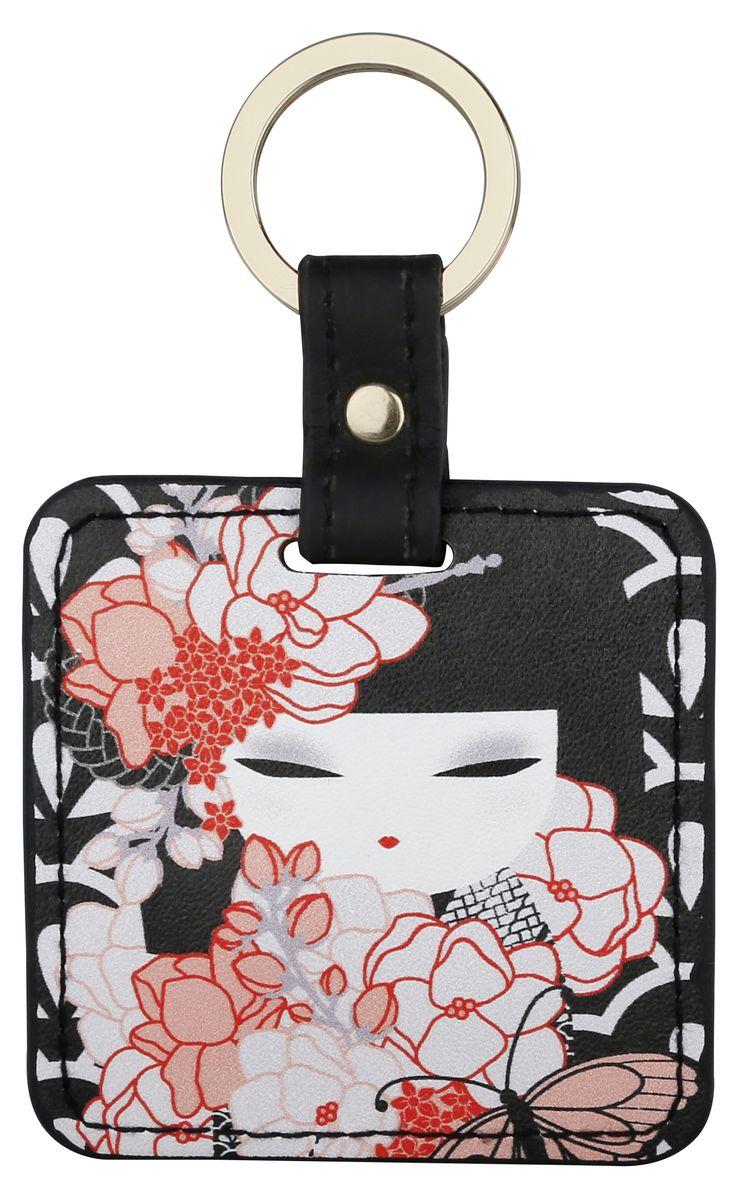 Брелок Kimmidoll, цвет: черный. KF1123Брелок для ключейБрелок Kimmidoll выполнена из искусственной кожи в форме квадрата с изображением куколки-кокеши - традиционной японской куклы-талисмана. Подвеска оснащена прочным металлическим кольцом для ключей и упакована в подарочную коробку.Этот стильный аксессуар можно использовать как брелок, подвеску на сумку или в автомобиль.