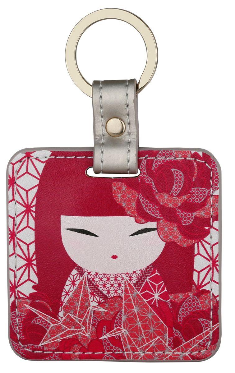 Брелок Kimmidoll, цвет: красный. KF1124Брелок для ключейБрелок Kimmidoll выполнена из искусственной кожи в форме квадрата с изображением куколки-кокеши - традиционной японской куклы-талисмана. Подвеска оснащена прочным металлическим кольцом для ключей и упакована в подарочную коробку.Этот стильный аксессуар можно использовать как брелок, подвеску на сумку или в автомобиль.