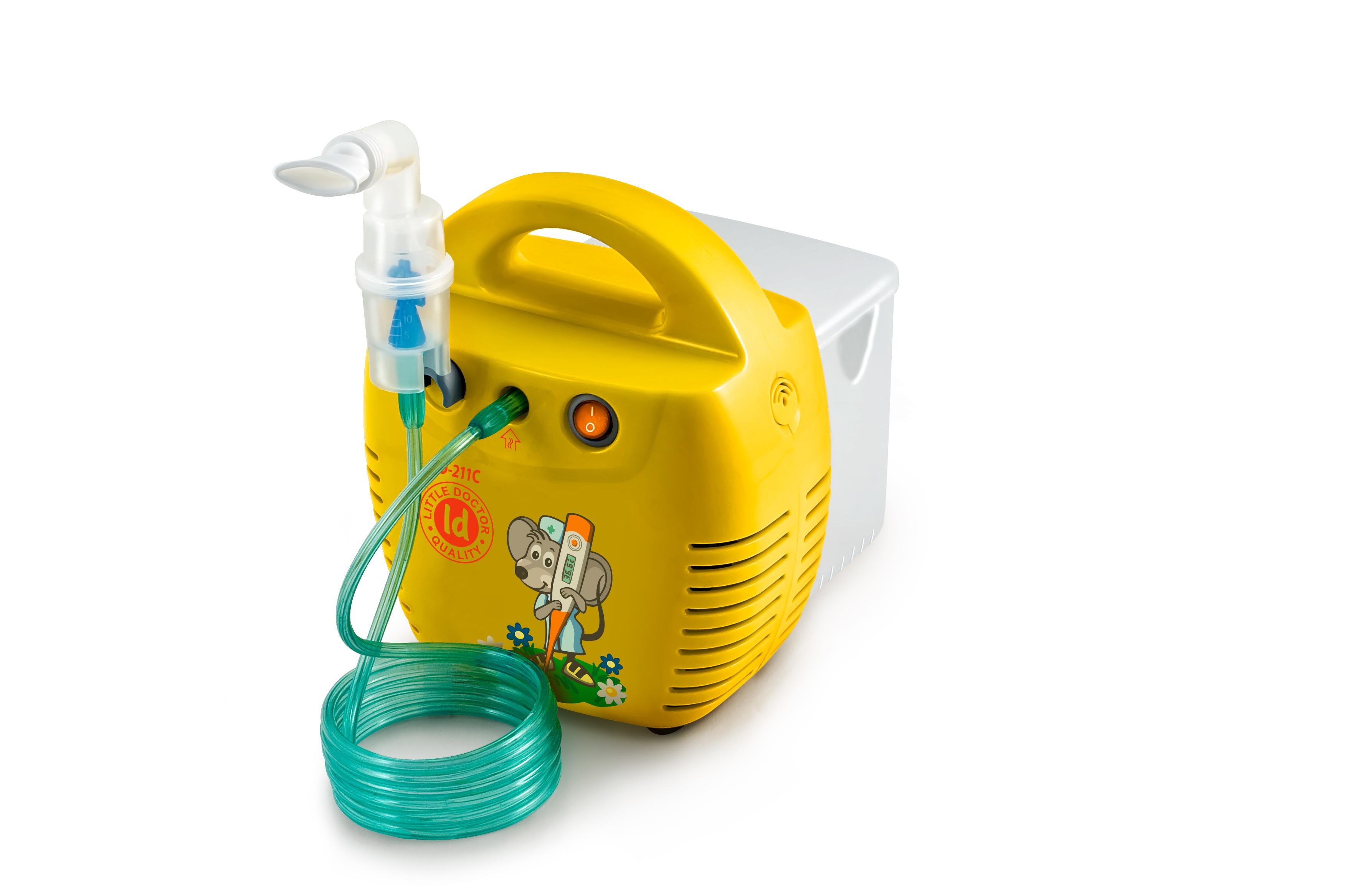 Little Doctor Ингалятор компрессорный LD-211 желтый0001478Компрессорный ингалятор LD-211C разработан для лечения заболеваний дыхательный путей и легких. Его легко использовать и в лечебных учреждениях, и в домашних условиях. Модель имеет два цветовых варианта: белый и желтый.При вдохе ингалятор активируется, и его специальная конструкция позволяет получить поток воздуха с высокой концентрацией аэрозоля. При выдохе потери аэрозоля незначительны, что делает процедуру ингаляции качественной и эффективной.Малошумный ингалятор LD-211C отличает возможность использования для ингаляции различных лекарственных средств и их низкий остаточный объем.Благодаря наличию в комплекте прозрачной пластиковой коробки прибор удобно хранить и переносить.Комплект поставки:Компрессор - 1 шт.Небулайзер (муфта, отбойник, верхняя и нижняя часть небулайзера)Отбойник - 1 шт.Маска ингаляционная взрослая - 1 шт.Маска ингаляционная детская - 1 шт.Маска ингаляционная детская (малая) - 1 шт.Насадка для носа взрослая - 1 шт.Насадка для носа детская - 1 шт.Мундштук ингаляционный - 2 шт.Трубка ингаляционная 2 м - 1 шт.Фильтр ингаляционный - 5 шт.Угловой держатель для небулайзера - 1 шт.Пластиковый бокс - 1 шт.Предохранитель 1А 250 В - 2 шт.Инструкция на русском языкеГарантийный талон