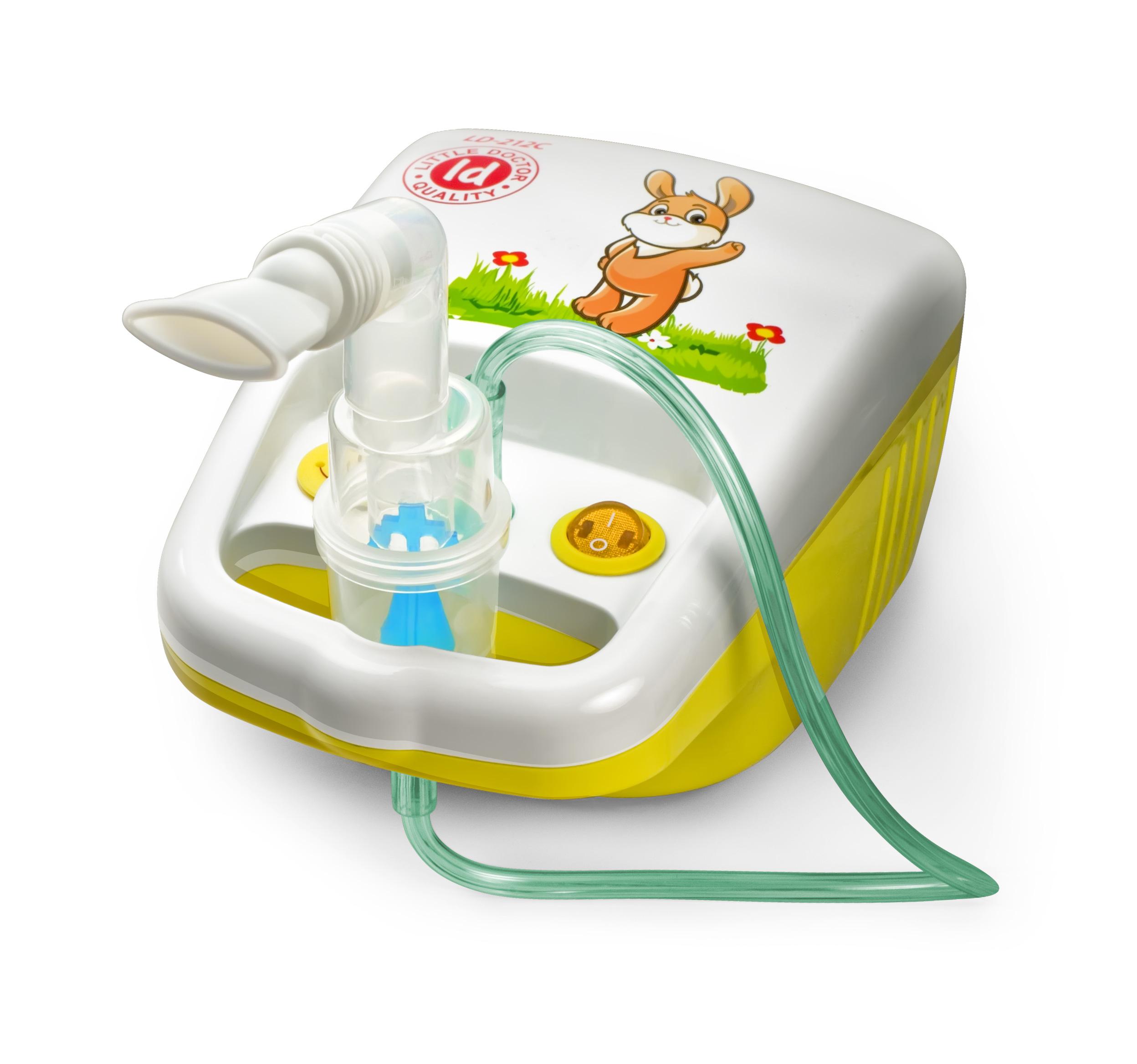 Little Doctor Ингалятор компрессорный LD-212С0001480Компрессорный ингалятор LD-212С подойдет для лечения ОРВИ, синусита, ларингита, ринита, фарингита, бронхита, астмы и других заболеваний дыхательной системы. Ингалятор обладает компактным размером и оригинальным дизайном, который понравится детям. Одно из главных отличий ингалятора - специальная конструкция, определяющая разные пути потоков воздуха при вдохе и выдохе. Ингалятор активируется вдохом.Благодаря особой конструкции каждого распылителя, эффективность ингаляций может достигаться избирательным воздействием на определенную часть дыхательных путей (верхнюю, среднюю или нижнюю).Распылитель А (желтый) - для нижних отделов дыхательных путейРаспылитель В (синий) - универсальный распылительРаспылитель С (красный) - для верхних отделов дыхательных путейИнгалятор LD-212С экономичен в работе благодаря низкому остаточному объему лекарственного раствора.Компрессорный ингалятор Little Doctor LD-212CНебулайзер3 распылителяМаска взрослаяМаска детскаяНасадка для носа взрослаяНасадка для носа детскаяМундштук - 2шт.Трубка 2 м.Запасной фильтр - 5 шт.Предохранитель 2А 250 В - 2 шт.Сумка для хранения принадлежностейИнструкция на русском языкеГарантийный талон.