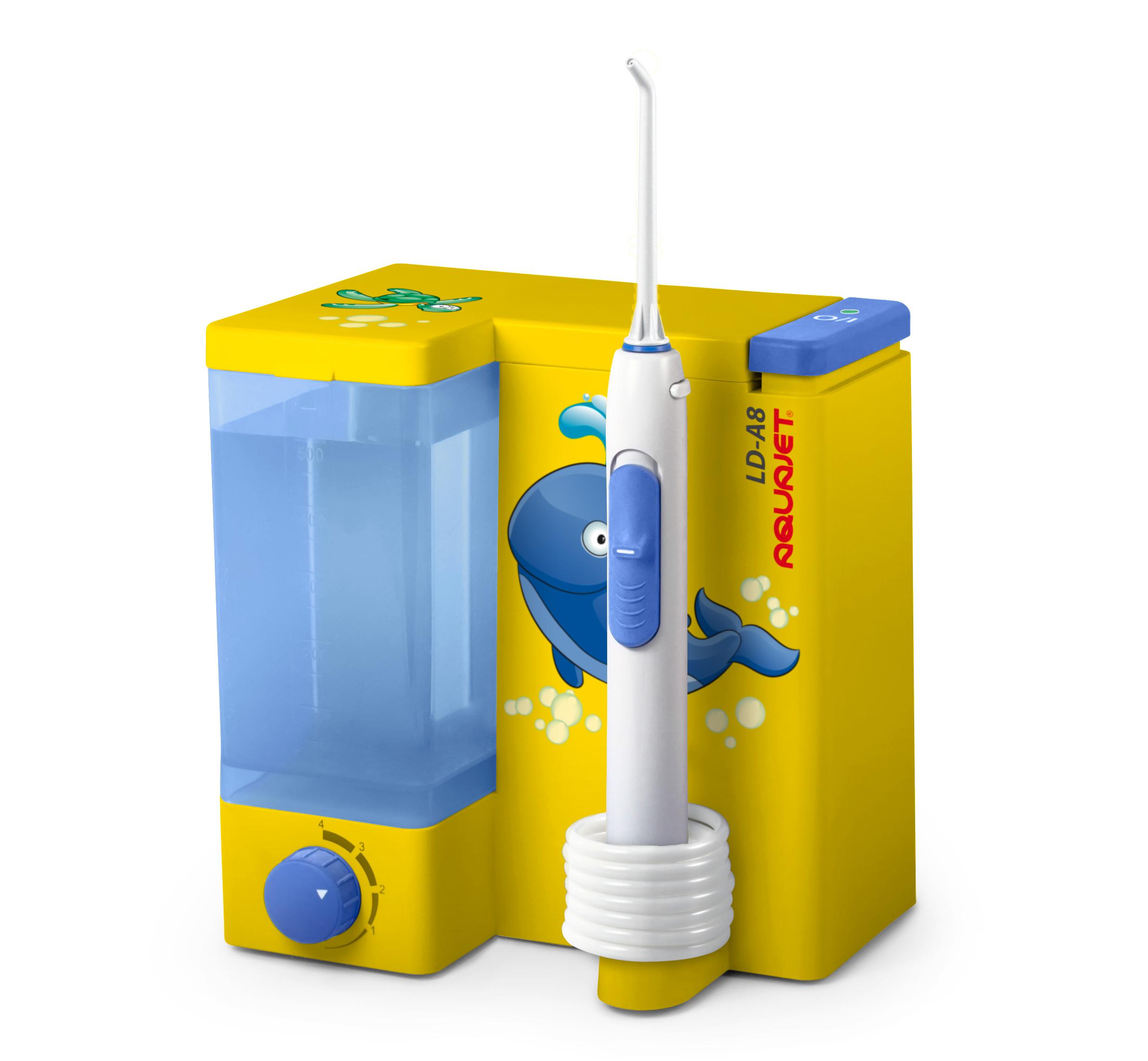 Little Doctor Ирригатор полости рта LD-A8 желтый0003920Ирригатором Aquajet LD-А8 Вы легко приучите своего ребенка к правильной гигиене полости рта. Ирригатор эффективно очищает межзубное пространство и зубодесневые складки.Увеличенная мощность водной струи позволяет достичь областей, недоступных при обычной чистке.Контейнеры для жидкости и для насадок теперь можно мыть в посудомоечной машине.Гладкий дизайн корпуса без выступов предотвращает скопление воды и пыли.Soft-Touch – прорезиненное покрытие органов управления делает использование легким и приятным.Специальная насадка с гибким распылителем в подарок.Плавный регулятор напора струи дает возможность использовать прибор для детей и для людей с чувствительной слизистой.Применение без ограничения возраста пациента.Стильный, яркий дизайн ирригатора.?В комплект входит:Ирригатор Aquajet LD-A85 сменных насадокШурупы и дюбеля для крепления к стенеРуководство по эксплуатации на русском языкеГарантийный талон на год
