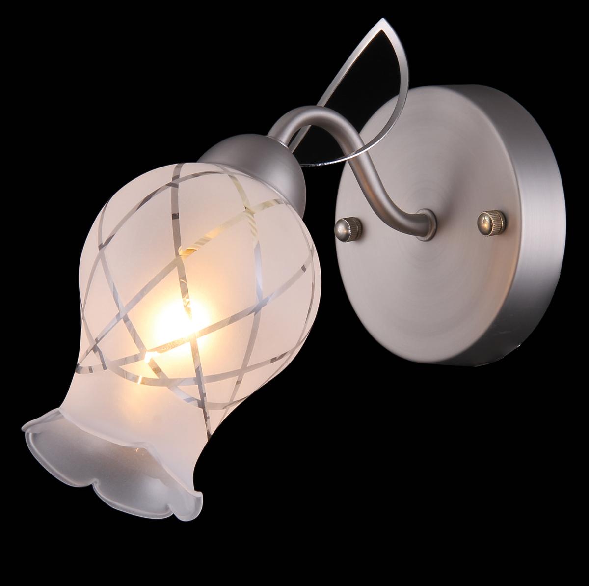 Бра Natali Kovaltseva, 1 х E14, 60W. 11440/1W11440/1W NICKEL, CHROMEБра Natali Kovaltseva, выполненное в классическом стиле, станет украшением вашей комнаты и изысканно дополнит интерьер. Изделие крепится к стене. Такое бра отлично подойдет для освещения кабинета, спальни или гостиной. Бра выполнено из никеля с матовой хромированной поверхностью, плафон изготовлен из стекла в виде бутона цветка. Бра предназначено для использования в питающей сети переменного тока с номинальным напряжением 220 В и частотой 50 Гц. В коллекциях Natali Kovaltseva представлены разные стили - от классики до хайтека. Дизайн и технологическая составляющая продукции разрабатывается в R&D центре компании, который находится в г. Дюссельдорф, Германия. При производстве продукции используются высококачественные и эксклюзивные материалы: хрусталь ASFOR, муранское стекло, перламутр, 24-каратное золото, бронза. Производство светильников соответствует стандарту системы менеджмента качества ISO 9001-2000. На всю продукцию ТМ Natali Kovaltseva распространяется гарантия.