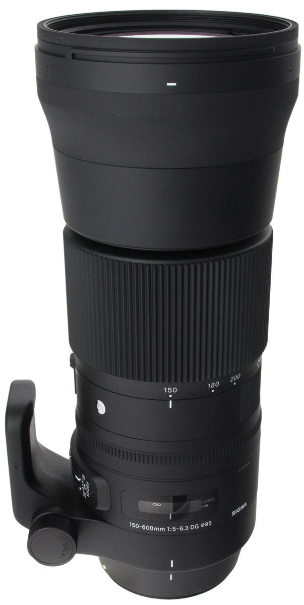 Sigma AF 150-600mm f/5.0-6.3 DG OS HSM Sports телеобъектив для Canon740954Объектив Sigma AF 150-600mm f/5.0-6.3 DG OS HSM Sports предназначен для полнокадровых камер. Отличительными особенностями модели является повышенная прочность и устойчивость к пыли и влаге, а также специальное покрытие тыльной и фронтальной линз, обладающее водо- и жироотталкивающими свойствами. Благодаря этому гиперзум отлично подходит для съемки в экстремальных погодных и полевых условиях.Объектив получил полностью переработанную оптическую конструкцию, включающую 24 элемента в 16-ти группах, в числе которых 3 SLD и 2 FLD стекла, эффективно препятствующие возникновению хроматических аберраций. Минимальное значение девятилепестковой диафрагмы составляет F/22.Данную модель выделяет и ряд других свойств. Так, есть возможность зуммирования тубусом объектива, присутствует замок зума, работающий на всем диапазоне зуммирования, и акселератор стабилизатора изображения, эффективно подавляющий вибрации при горизонтальной и вертикальной проводке.Переключатель фокусировки помимо стандартных положений AF и MF имеет положение MO, при котором фотографу всегда доступна ручная доводка фокуса при действующей автофокусировке.Новое штативное кольцо позволяет фиксировать положение объектива каждые 90°, что очень удобно ввиду габаритов оптики.