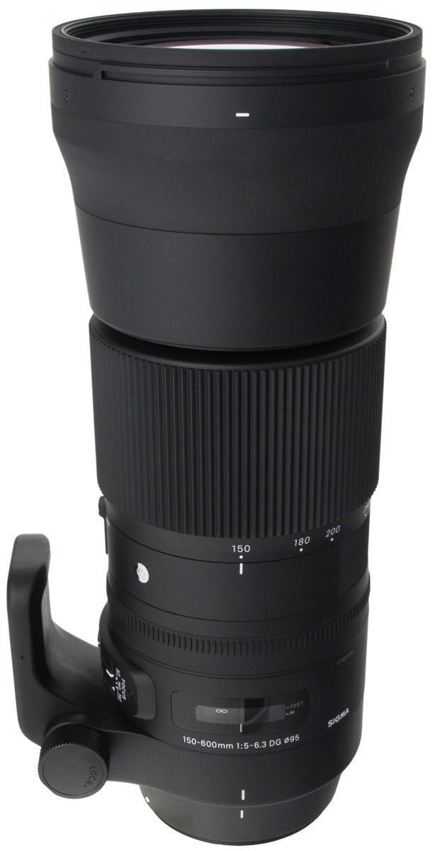 Sigma AF 150-600mm f/5.0-6.3 DG OS HSM Sports телеобъектив для Nikon740955Объектив Sigma AF 150-600mm f/5.0-6.3 DG OS HSM Sports предназначен для полнокадровых камер. Отличительными особенностями модели является повышенная прочность и устойчивость к пыли и влаге, а также специальное покрытие тыльной и фронтальной линз, обладающее водо- и жироотталкивающими свойствами. Благодаря этому гиперзум отлично подходит для съемки в экстремальных погодных и полевых условиях.Объектив получил полностью переработанную оптическую конструкцию, включающую 24 элемента в 16-ти группах, в числе которых 3 SLD и 2 FLD стекла, эффективно препятствующие возникновению хроматических аберраций. Минимальное значение девятилепестковой диафрагмы составляет F/22.Данную модель выделяет и ряд других свойств. Так, есть возможность зуммирования тубусом объектива, присутствует замок зума, работающий на всем диапазоне зуммирования, и акселератор стабилизатора изображения, эффективно подавляющий вибрации при горизонтальной и вертикальной проводке.Переключатель фокусировки помимо стандартных положений AF и MF имеет положение MO, при котором фотографу всегда доступна ручная доводка фокуса при действующей автофокусировке.Новое штативное кольцо позволяет фиксировать положение объектива каждые 90°, что очень удобно ввиду габаритов оптики.Диаметр резьбы для светофильтра: 105 мм
