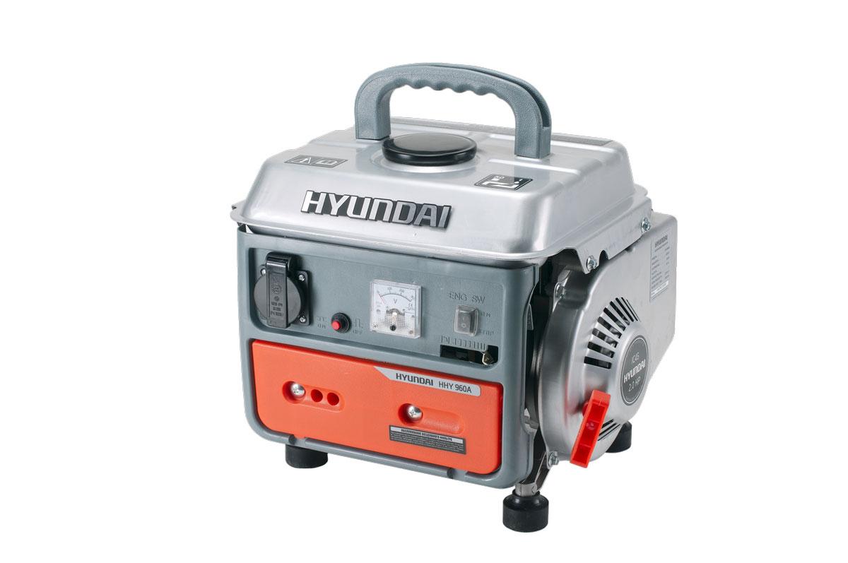 Генератор бензиновый Hyundai. HHY 960AHHY 960AБензиновый генератор HHY 960A применяется для вспомогательного электроснабжения приборов и имеет предельную мощность 850 Вт.Двухтактный двигатель отличается повышенным сроком эксплуатации в сравнении с аналогичной продукцией.Емкость бензобака 4.0 литра, при нормальной мощности гарантируется непрерывная работа 10 часов. Благодаря резиновому основанию ножек практически отсутствует вибрация. Спереди корпуса расположены элементы системы управления и одна розетка.Постоянный уровень напряжения 230 Вольт поддерживается специальным автоматическим устройством (AVR).Преимуществами генератора являются отсутствие шума, компактность, сниженное потребление топлива, малый вес и комфортная ручка для переноски.