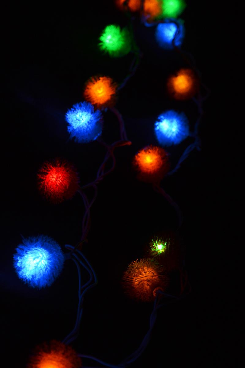 Гирлянда электрическая Winter Wings Ежик, с контроллером, 30 ламп, длина 4,6 мN11255Новогодняя электрическая гирлянда-занавес Winter WingsЕжик предназначена для украшения интерьеров.Изделие состоит из 30 разноцветных светодиодов. Гирляндасодержит незаменяемые лампы типа рис повышенногосрока службы. Если одна лампа выходит из строя, остальныебудут гореть.Оригинальный дизайн и красочное исполнение создадутпраздничное настроение. Откройте для себя удивительный мир сказок и грез.Почувствуйте волшебные минуты ожидания праздника,создайте новогоднее настроение вашим дорогим и близким.Напряжение: 220 V.Частота: 50 Hz.Мощность: 4,5 Вт.Рабочие температуры: от +5 до +50°С.Цвет кабеля: белый.Общая длина: 4,6 м.Длина провода от последней лампочки до вилки: 1,5 м.Цвет ламп: разноцветные.Количество ламп: 30.Количество режимов мигания: 8.Используются лампы:Напряжение: 3 В.Мощность: 0,06 Вт.