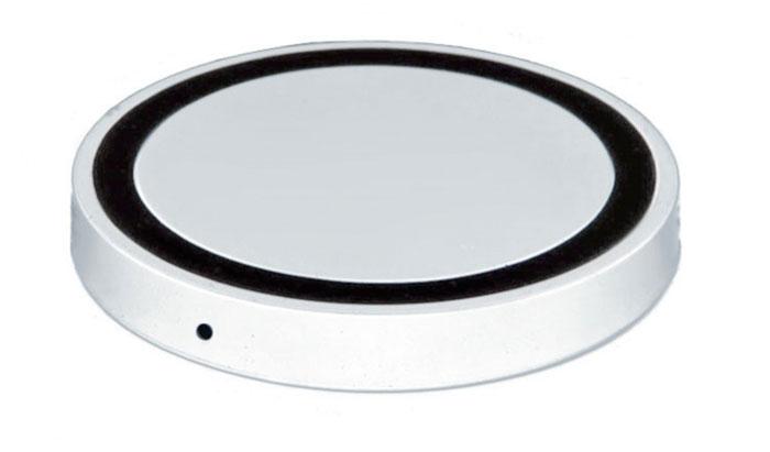 Bradex SU 0047, White беспроводное зарядное устройствоSU 0047Современная техника и гаджеты заполнили ваш дом, но вы до сих пор еще не слышали о беспроводной зарядке устройств? Круглый аккумулятор для смартфонов станет для вас приятным открытием! - Он позволяет заряжать телефон без прямого подключения к сети или ноутбуку.- Просто присоедините миниатюрный Qi-приемник к Вашему смартфону (спрячьте его внутрь устройства при использовании Micro-USB порта, поместите под чехол или подвесьте как брелок — для моделей Iphone c Lightning разъемом). - Теперь вы сможете подзаряжать устройство в любое время, когда не используете его. Просто кладите смартфон на подключенный к базе аккумулятор: во время зарядки вместо красного индикатора загорится синий.Круглый беспроводной аккумулятор для смартфонов: современные технологии для вашего комфорта!