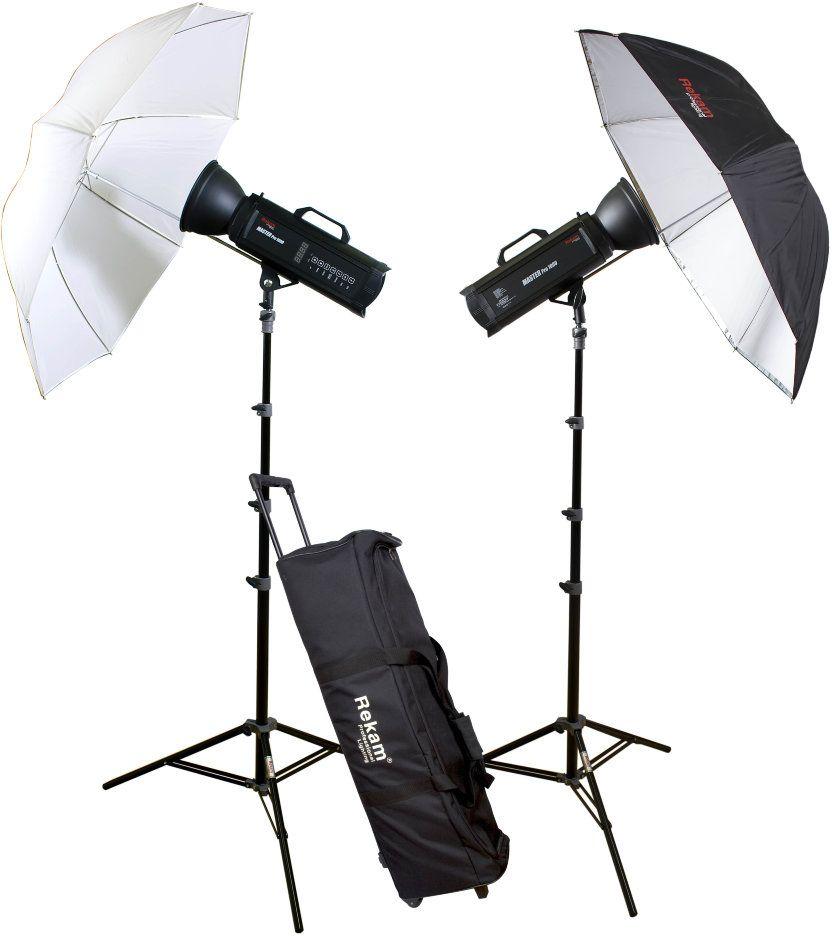 Rekam Master Pro 1000 UM Kit комплект импульсных оcветителей1519000012Rekam Master Pro 1000 UM Kit сформирован на базе импульсных осветителей серии Master Pro.Два осветителя Master Pro 1000, суммарной мощностью до 2000 Дж, отлично подойдут для рекламной и портретной съемки. Микропроцессор в осветителях этой серии дает возможность делать снимки со стабильной цветовой температурой, и измеряемой мощностью источника освещения с шагом регулировки 0,1 ступени. Осветители серии Master Pro имеют удобную цифровую панель управления. В качестве бесплатного дополнения к осветителям серии Master Pro прилагается ресивер, который легко устанавливается в специальный слот на задней панели. Работая на частоте 2,4 ГГц, радио ресивер обеспечивает высокую скорость синхронизации.Кроме осветителей, комплект включает: два универсальных рефлектора; два 5-ти секционных штатива с воздушным амортизатором и AU-1 адаптером; два комбинированных зонта; и удобную сумку на колесах для транспортировки и хранения комплекта.