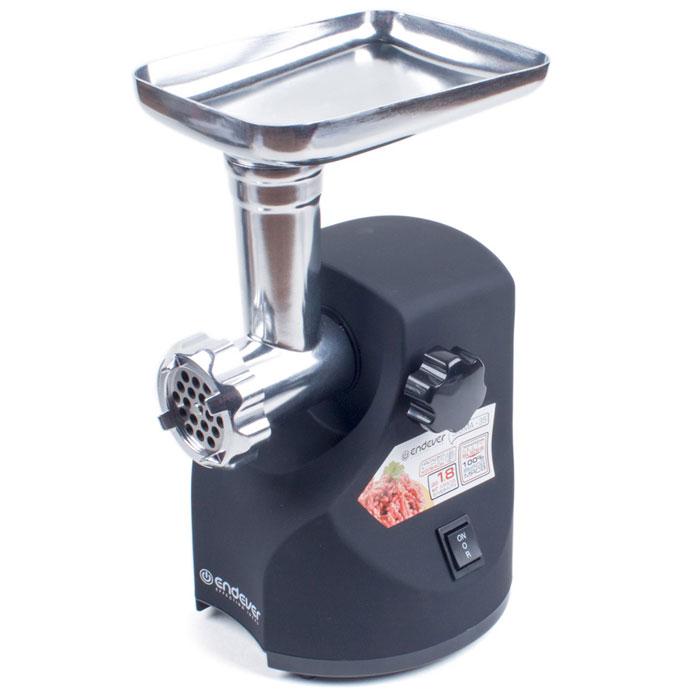 Endever Sigma-35 мясорубкаSigma-35Электрическая мясорубка Endever Sigma-35 перерабатывает до 1,8 кг продукта в минуту. Острый нож из высококачественной кованой стали быстро и эффективно справится практически с любым мясом и измельчит любые другие продукты. Мясорубка оснащена большим приемным раструбом. Высококачественные металлические детали не позволяют продуктам окисляться в процессе переработки, а также гарантируют надежность и долговечность устройства.Мясорубка Endever Sigma-35 имеет функцию защиты двигателя от перегрузок и перегрева: при наматывании жил на шнек, работа двигателя затрудняется, мясорубка перестает работать и автоматически отключается. Для этого случая предусмотрена функция реверса. Используя её, можно, не разбирая устройство, прокрутить шнек в обратную сторону и легко освободить его от продукта.Благодаря прорезиненным ножкам, устройство надежно фиксируется на поверхности, что обеспечивает ему дополнительную устойчивость и безопасность в процессе работы. В комплектацию устройства входят две дисковых металлических решетки с отверстиями различного диаметра для мелкой и крупной рубки.