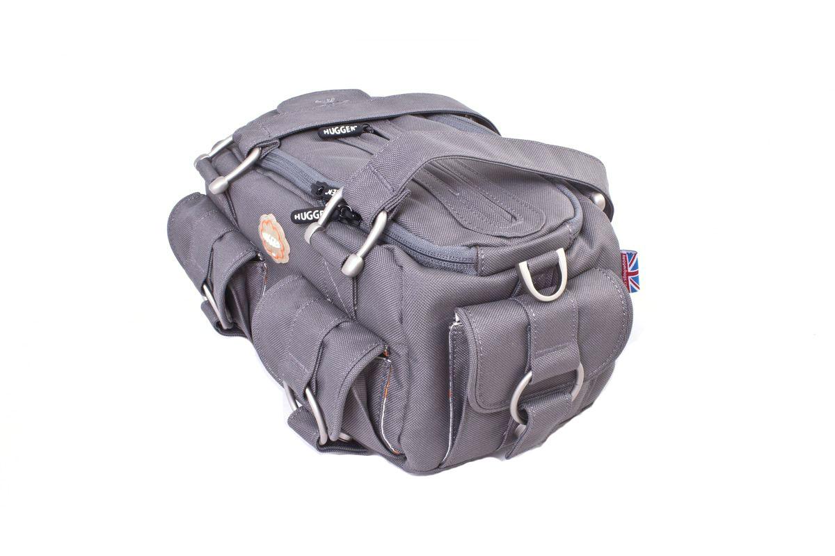 Hugger Potato Bread Loaf, Grey Sky сумка для фотокамеры2376Hugger Potato Bread Loaf - шикарная женская сумка с удобным наплечным ремнем. Расстегнув центральную молнию, можно легко получить доступ к камере и аксессуарам. Мягкие внутренние перегородки могут быть удалены или перемещены для большего удобства. Имеются два передних и один боковой карманы для аксессуаров с магнитными застежками, а также задний потайной карман на молнии. Съемный чехол для хранения карт памяти и запасного аккумулятораТолстые стенки для надежной защиты камеры от механических поврежденийВысокий уровень защиты от влагиЛегкий весПротиводождевой чехол и фирменный платок в комплектеЭта сумка подходит для зеркальной камеры с объективом, второго объектива, небольшой вспышки и других аксессуаров