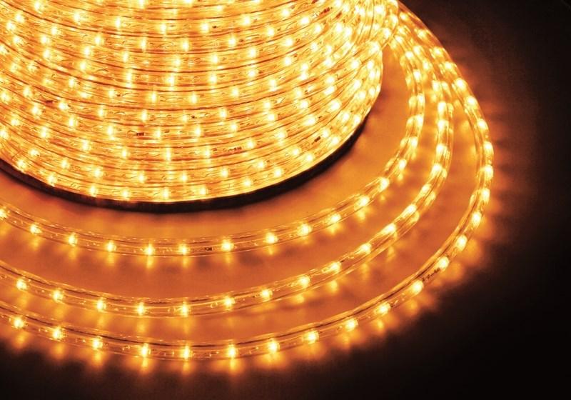 Дюралайт светодиодный Neon-Night, постоянное свечение, 2W, цвет: желтый, бухта 100 м121-121-6Дюралайт-гибкий световой шнур выполненный из ПВХ трубки с токопроводящими жилами и светодиодами внутри. Используется для декоративной и архитектурной подсветки объектов. Шнур с 2-мя проводами внутри называется фиксинг, такой дюралайт используется в режиме постоянного свечения. Дюралайт с 3-мя и более жилами питания называется чейзинг, светодиоды в чейзинге подключены поочередно к разным жилам, при использовании контроллера это позволяет создавать эффект бегущей волны из поочередно загорающихся светодиодов(режим свечения с динамикой). Дюралайт поставляется в бухтах длинами до 100м, в зависимости от модификации дюралайта модуль резки может составлять от 1 до 6 метров, следуя несложной инструкции потребитель легко может отрезать и подключить отрезок дюралайта нужной ему длины. Каждая бухта уже укомплектована 1 шнуром для подключения, максимальная подключаемая длина 100м. Температурный диапазон использования от -40 до +50 С, монтаж при температуре выше 0 градусов. Дополнительно предлагаются контроллеры для дюралайта фиксинг и чейзинг мощностью от 24 до 340 Вт, что позволяет подключить в одну цепь до 140 метров.