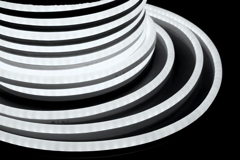 Гибкий неон светодиодный, постоянное свечение, белый, 24В, бухта 50м131-045Гибкий неон - световой шнур выполненный из матовой белой ПВХ трубки с токопроводящими жилами и светодиодами внутри. Используется для декоративной и архитектурной подсветки объектов, так же широко распространён в украшении интерьера. Шнур имеет два токопроводящих провода внутри и используется в режиме постоянного свечения. Белый гибкий неон 24В поставляется в бухтах длиной 50 м, имеет модуль резки 0,125 метра, следуя несложной инструкции легко можно отрезать и подключить гибкий неон нужной длины. Каждая бухта уже укомплектована 5-ю шнурами для подключения, максимальная подключаемая на 1 шнур длина 50 м. дополнительные шнуры можно приобрести отдельно. Температурный диапазон использования от -40 до +50 С, монтаж необходимо производить при температуре выше 0 градусов. ВНИМАНИЕ! Подключать только к питанию 24В!