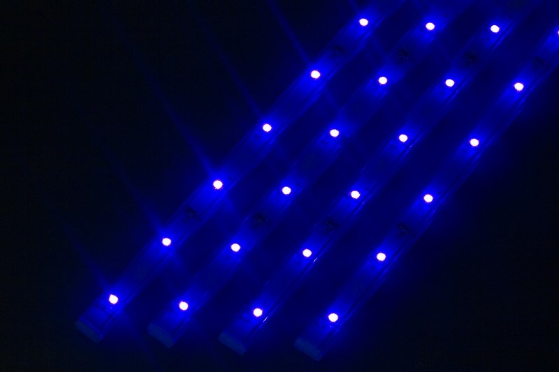 Светодиодный светильник линейный, 4 шт х 25см. Цвет синий145-103Линейный светодиодный светильник - это светодиодная линейка длиной 25 см, заключенная в корпус из прозрачного пластика. Они могут использоваться в подсветке витрин, мебели, а так же в интерьерной подсветке. Простота монтажа поможет без проблем справиться с вопросом освещения необходимых зон. Блок питания понижающий напряжение до 12 В делает устройство безопасным в изпользовании. Использование светодиодных светильников является выгодным решением, так как они обладают высокой яркостью свечения, большим сроком службы и вместе с этем низким энергопотреблением. Цвет свечения - синий. Поставляется по 4 шт. в комплекте с блоком питания.