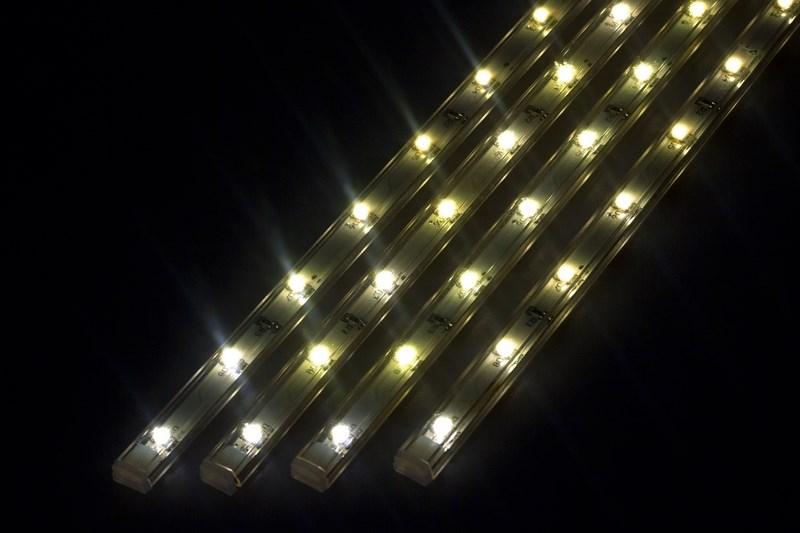 Светодиодный светильник линейный, 4 шт х 25см. Цвет теплый белый (3000К)145-106Линейный светодиодный светильник - это светодиодная линейка длиной 25 см, заключенная в корпус из прозрачного пластика. Они могут использоваться в подсветке витрин, мебели, а так же в интерьерной подсветке. Простота монтажа поможет без проблем справиться с вопросом освещения необходимых зон. Блок питания понижающий напряжение до 12 В делает устройство безопасным в изпользовании. Использование светодиодных светильников является выгодным решением, так как они обладают высокой яркостью свечения, большим сроком службы и вместе с этем низким энергопотреблением. Цвет свечения - теплый белый. Поставляется по 4 шт. в комплекте с блоком питания.