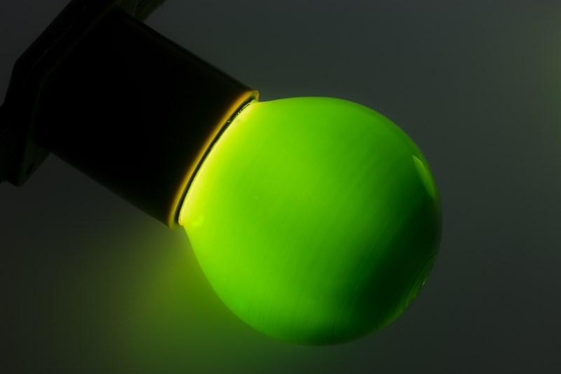Лампа Neon-Night, цоколь Е27, 10 Вт, цвет колбы: зеленый401-114Декоративные лампы накаливания гирлянд Belt Light служат для придания свечению нужного цвета, который позволит создать праздничную атмосферу и украсить не только уличные элементы, но и интерьеры помещений. Колба лампы имеет форму шара диаметром 45мм, что позволяет увеличить площадь свечения и насыщенность светом окружающего пространства. Стекло лампы окрашено специальной влагостойкой светопропускающей краской придающей свету нужный оттенок. Декоративная лампа имеет стандартный цоколь Е27, при помощи которого установка является весьма простой процедурой не занимающей много времени. Потребление лампы составляет всего 10Вт, что позволяет снизить затраты на электроэнергию. Специальная конструкция лампы разработана таким образом, что при выходе из строя одной лампы все остальные в гирлянде Belt Light остаются работать, что позволяет без труда отыскать перегоревшую лампу и заменить. Лампы используются с гирляндами Belt Light двух или пятижильными, а при ипользовании специального контроллера можно создать различные динамические эффекты.