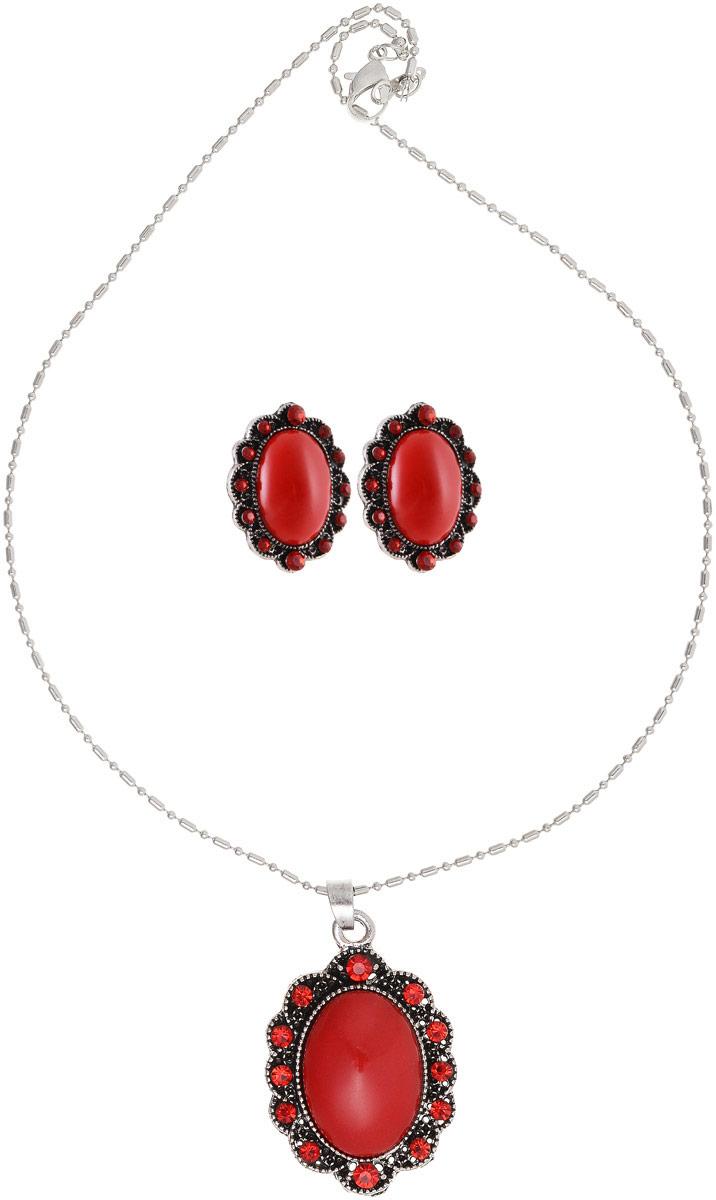 Комплект украшений Vittorio Richi: серьги, кулон, цвет: серебряный, красный. 9897053vrПуссеты (гвоздики)Комплект украшений Vittorio Richi, включающий в себя серьги и кулон, изготовлен из металла и пластика. Декоративный элемент кулона и серьги выполнен в овальной форме и оформлен вставками из страз и камня. Застегивается кулон с помощью замка-карабина, а длина регулируется с помощью звеньев. Серьги застегиваются с помощью замка-гвоздика.