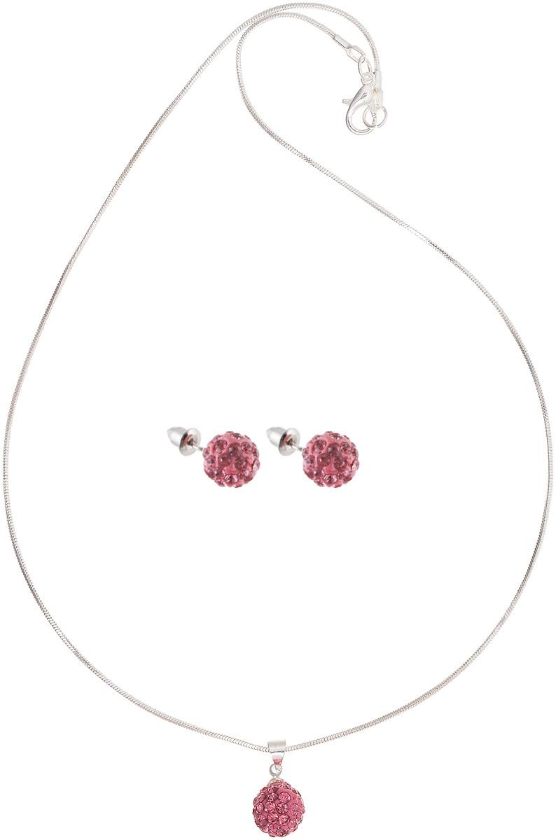 Комплект украшений Vittorio Richi: серьги, кулон, цвет: серебристый, розовый. 9897057vrКолье (короткие одноярусные бусы)Комплект украшений Vittorio Richi, включающий в себя серьги и кулон, изготовлен из металла. Кулон и серьги оформлены декоративным элементом со вставками из страз. Застегивается кулон с помощью замка-карабина, а длина регулируется с помощью звеньев. Серьги-пусеты застегиваются на замок-гвоздик с заглушками.