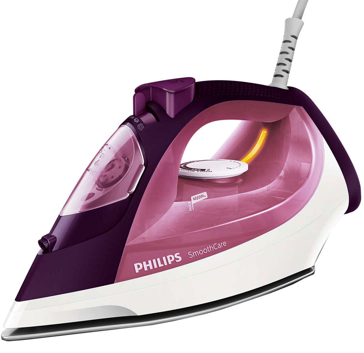 Philips GC3581/30 утюгGC3581/30Паровой утюг Philips GC3581/30 оснащен одним из самых больших резервуаров для воды. Гладьте дольше без долива! Мощный пар позволяет без труда разглаживать даже самые глубокие складки.Утюг Philips GC3581/30 оснащен системой капля-стоп, поэтому вы сможете гладить даже деликатные ткани при низкой температуре, не беспокоясь о появлении пятен воды на одежды.Функция очистки от накипи Calc Clean очищает утюг Philips GC3581/30 от известкового налета, продлевая срок службы утюга.Паровой утюг Philips GC3581/30 обеспечивает постоянную подачу пара до 40 г/мин, обеспечивая оптимальное количество пара для разглаживания складок.Удобное глаженье без частого долива воды. Большой резервуар для воды 400 мл обеспечивает более долгое глаженье и не требует частого наполнения. Простое управление за счет больших кнопок и удобного парорегулятора.Функцию парового удара можно использовать для вертикального отпаривания и устранения жестких складок.Керамическая подошва EasyFlow устойчива к царапинам, хорошо скользит и удобна в очистке.