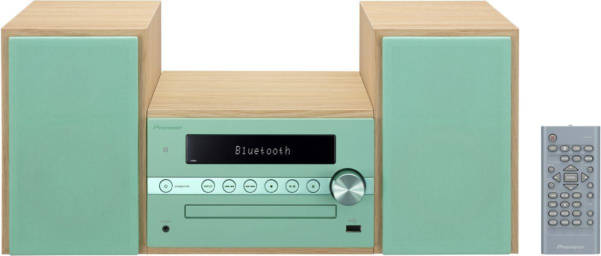 Pioneer X-CM56, Green музыкальный центр1500176Система Pioneer X-CM56 достаточно небольшая, чтобы помещаться практически в любом месте, и достаточно большая, чтобы и гостиную наполнить достаточным звучанием.Интеллектуальный, навеянный скандинавскими мотивами, дизайн допускает различные варианты установки и может благодаря четырем различным цветовым сочетаниям безупречно интегрироваться в любой интерьер: наряду со стилизацией под дерево с классическими белыми и черными передними панелями, в качестве свежих штрихов на выбор представляются такие цветовые сочетания, как бук с абрикосом и бук с мятой.В музыкальном плане здесь правит разнообразие: к таким классическим источникам, как FM-радио и CD-проигрыватель, присоединились смартфоны и карты памяти, причем последние просто вставляются в USB-порт на передней панели, а первые подключаются по беспроводной сети через NFC/Bluetooth и всего лишь одним движением руки.Независимо от местоположения звучание X-CM 56 удивит вас, так как ее регулятор, усилитель низких частот и эквалайзер могут адаптировать его под акустику помещения и вкус слушающего. И, наконец, компания Pioneer подумала также и об индивидуально программируемой функцией будильника, которая приветствует вас по утрам любимой музыкой в превосходном стереофонического качестве.