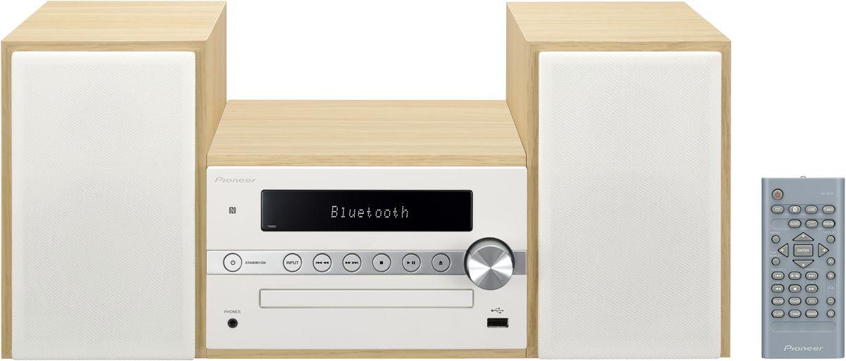 Pioneer X-CM56, White музыкальный центр1500135Система Pioneer X-CM56 достаточно небольшая, чтобы помещаться практически в любом месте, и достаточно большая, чтобы и гостиную наполнить достаточным звучанием.Интеллектуальный, навеянный скандинавскими мотивами, дизайн допускает различные варианты установки и может благодаря четырем различным цветовым сочетаниям безупречно интегрироваться в любой интерьер: наряду со стилизацией под дерево с классическими белыми и черными передними панелями, в качестве свежих штрихов на выбор представляются такие цветовые сочетания, как бук с абрикосом и бук с мятой.В музыкальном плане здесь правит разнообразие: к таким классическим источникам, как FM-радио и CD-проигрыватель, присоединились смартфоны и карты памяти, причем последние просто вставляются в USB-порт на передней панели, а первые подключаются по беспроводной сети через NFC/Bluetooth и всего лишь одним движением руки.Независимо от местоположения звучание X-CM 56 удивит вас, так как ее регулятор, усилитель низких частот и эквалайзер могут адаптировать его под акустику помещения и вкус слушающего. И, наконец, компания Pioneer подумала также и об индивидуально программируемой функцией будильника, которая приветствует вас по утрам любимой музыкой в превосходном стереофонического качестве.