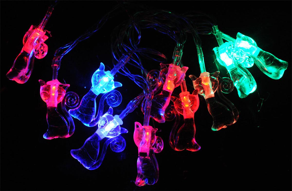 Электрогирлянда B&H Кошки, 10 двухцветных светодиодов, 1,35 мBH0422_кошкиЭлектрогирлянда B&H Кошки предназначена для декоративного внутреннего освещения. Изделие представляет собой гибкий провод, на котором расположено 10 двухцветных светодиодов с декоративными насадками в форме кошек. Пять двухцветных светодиодов плавно меняют цвет с синего на красный, а пять других - с красного на зеленый. Питание от батареек позволяет использовать гирлянду автономно. Создайте в своем доме атмосферу веселья и радости, украшая новогоднюю елку яркими светодиодными гирляндами. Расстояние между светодиодами: 15 см. Размер лампы: 3 х 4,5 х 1 см. Гирлянда работает от 3 батареек типа АА (в комплект не входят).