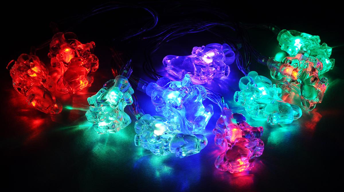 Гирлянда электрическая B&H Мышки, 10 двухцветных светодиодов, 1,35 мBH0422_прозрачныйЭлектрогирлянда B&H Мышки предназначена для внутреннего декоративного освещения. Изделие представляет собой гибкий провод, на котором расположены 10 двухцветных светодиодов с декоративными насадками в форме мышек. Пять двухцветных светодиодов плавно меняют цвет с синего на красный, а пять других - с красного на зеленый. Питание от батареек позволяет использовать гирлянду автономно. Создайте в своем доме атмосферу веселья и радости, украшая новогоднюю елку яркими светодиодными гирляндами. Расстояние между светодиодами: 15 см. Размер лампы: 3 х 1 х 4 см. Гирлянда работает от 3 батареек типа АА (в комплект не входят).