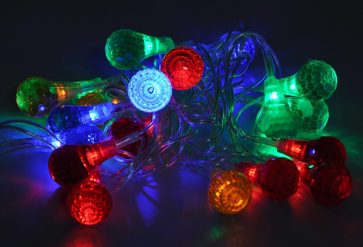 Гирлянда электрическая B&H Капельки, 20 разноцветных светодиодов, 2 мBH0402_капелькиЭлектрогирлянда B&H Капельки предназначена для внутреннего декоративного освещения. Изделие представляет собой гибкий провод, на котором расположены разноцветные светодиоды с насадками в форме капель. Гирлянда яркая и долговечная, имеет маленькое энергопотребление (в 10 раз меньше, чем у гирлянд с микролампами и минилампами). Гирлянда имеет 8 режимов мигания. Перегорание одной лампочки не приводит к неработоспособности гирлянды.Создайте в своем доме атмосферу веселья и радости, украшая новогоднюю елку яркими светодиодными гирляндами.Расстояние между светодиодами: 10 см. Размер лампы: 1,8 х 1,8 х 3 см.Длина шнура: 0,75 м.Длина гирлянды (без учета шнура питания): 2 м.