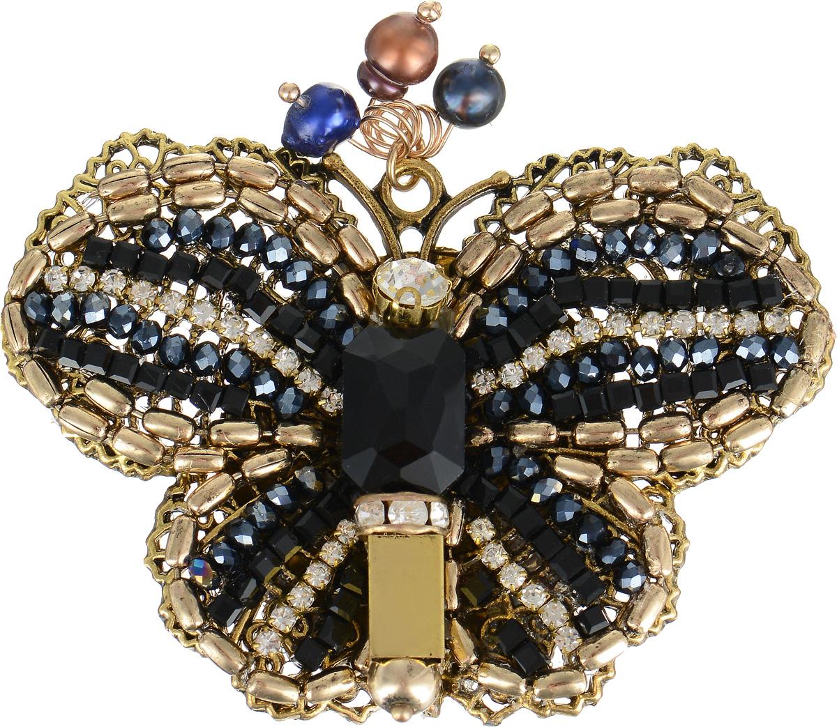 Брошь Selena Borgia, цвет: золотистый, синий. 30027200Брошь-кулонБрошь Selena Borgia изготовлена из латуни с гальваническим покрытием золотом с эффектом состаривания. Изделие выполнено в виде роскошной бабочки, инкрустировано кристаллами Preciosa и искусственным жемчугом. В коллекции Borgia испанские дизайнеры воплотили истинный дух Испании. Коллекция выполнена в стиле fashion, но особенность ее в том, что она сочетает в себе модные тенденции подиумов и состаренный стиль- благодаря покрытию цепочек и деталей украшений гальваникой методом антик. Украшения можно носить в любое время года, они уместны на празднике, на прогулке и на работе.