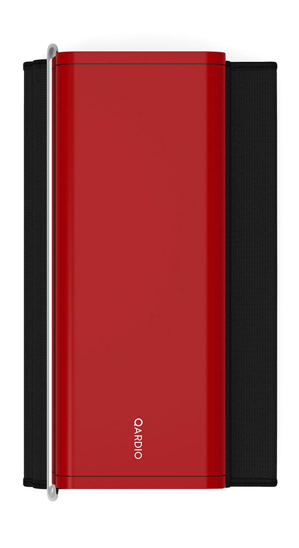 Qardio Прибор цифровой для измерения давления QardioArm Lightning Red (A100-ILR)A100-ILRQardioArm - это изящный умный монитор артериального давления, транслирующий измерения давления и пульса на ваш смартфон на базе iOS или Android, используя беспроводной стандарт Bluetooth Smart. В связке с функциональным и качественно локализованным мобильным приложением QardioArm - это идеальный спутник для людей, тщательно следящих за состоянием своего здоровья. Компактный минималистичный дизайн, беспроводная синхронизация, совместимость с Apple Health, S Health и другими экосистемными решениями, специальные режимы для релаксации и более точных измерений, возможность автоматически отправлять данные вашему лечащему врачу и членам семьи - эти ключевые преимущества делают QardioArm самым удобным решением в сравнении с другими цифровыми тонометрами. Высокая точность измеренийQardioArm измеряет ваше систолическое и диастолическое давление, пульс, и отслеживает наличие аритмии. Высокой точности монитора артериального давления QardioArm доверяют профессионалы. В отдельных случаях вы можете активировать функцию автоматического тройного измерения с выводом средних значений. Это позволит получить максимально точные данные. Компактный и аккуратный дизайнДизайн монитора артериального давления QardioArm разработан специально для тех, кому важно иметь этот прибор под рукой всегда, где бы вы ни находились, и использовать даже без доступа к электросети. Вы просто можете положить его во внутренний карман вашего пиджака или польто. Так же вы можете привязывать каждое измерение к текущей геолокации. Это позволит вам анализировать, как смена обстановки или часового пояса влияет на ваше состояние. Полезные функцииУстанавливайте цели и напоминания, ведите журнал измерений с заметками и привязкой к геолокации, отслеживайте проявления аритмии. Простая визуализация ваших данных позволит сразу после измерения понять, на сколько ваше давление отклоняется от норм, принятых Всемирной Организацией Здравоохра
