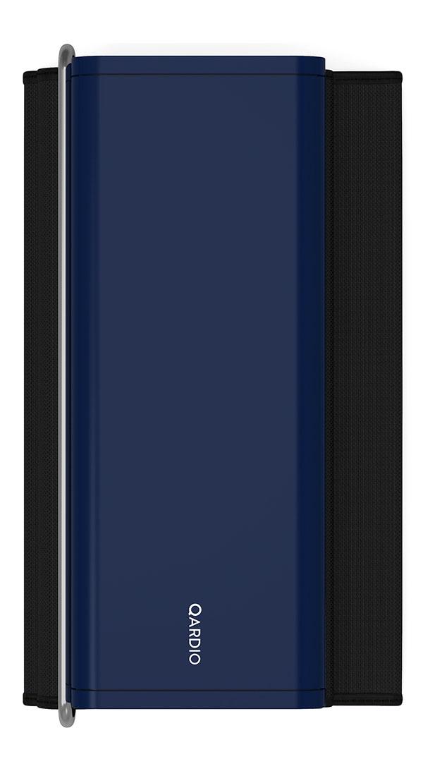 Qardio Прибор цифровой для измерения давления QardioArm Midnight Blue (A100-IMB)A100-IMBQardioArm - это изящный умный монитор артериального давления, транслирующий измерения давления и пульса на ваш смартфон на базе iOS или Android, используя беспроводной стандарт Bluetooth Smart. В связке с функциональным и качественно локализованным мобильным приложением QardioArm - это идеальный спутник для людей, тщательно следящих за состоянием своего здоровья. Компактный минималистичный дизайн, беспроводная синхронизация, совместимость с Apple Health, S Health и другими экосистемными решениями, специальные режимы для релаксации и более точных измерений, возможность автоматически отправлять данные вашему лечащему врачу и членам семьи - эти ключевые преимущества делают QardioArm самым удобным решением в сравнении с другими цифровыми тонометрами. Высокая точность измеренийQardioArm измеряет ваше систолическое и диастолическое давление, пульс, и отслеживает наличие аритмии. Высокой точности монитора артериального давления QardioArm доверяют профессионалы. В отдельных случаях вы можете активировать функцию автоматического тройного измерения с выводом средних значений. Это позволит получить максимально точные данные. Компактный и аккуратный дизайнДизайн монитора артериального давления QardioArm разработан специально для тех, кому важно иметь этот прибор под рукой всегда, где бы вы ни находились, и использовать даже без доступа к электросети. Вы просто можете положить его во внутренний карман вашего пиджака или польто. Так же вы можете привязывать каждое измерение к текущей геолокации. Это позволит вам анализировать, как смена обстановки или часового пояса влияет на ваше состояние. Полезные функцииУстанавливайте цели и напоминания, ведите журнал измерений с заметками и привязкой к геолокации, отслеживайте проявления аритмии. Простая визуализация ваших данных позволит сразу после измерения понять, на сколько ваше давление отклоняется от норм, принятых Всемирной Организацией Здравоохра