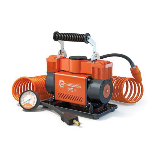 Компрессор автомобильный Агрессор AGR-75, металлический, двухпоршневой, производительность 75 л/мин, 12В, 300ВтAGR-75Производительность мощного двухпоршневого компрессора Агрессор AGR-75 составляет 75 л/мин. Характеристики компрессора позволяют быстро накачивать не только шины, но и резиновые лодки, матрацы, детские игрушки и многие другие вещи. Для накачивания различных надувных изделий в комплекте с компрессором поставляются несколько типов насадок на шланг, в том числе специальные переходники для накачивания лодок. Металлический корпус компрессора устойчив к коррозии и эффективно охлаждается во время работы. Каждый из двух поршней двигателя оснащен уплотнительным кольцом из гибкого жаропрочного тефлона, которые обеспечивают продолжительную безотказную работу насоса. Для смазки в компрессоре используется инновационное силиконовое масло. Оно сохраняет свои качества в течение всего срока службы изделия и не требует замены или доливки. Шланг компрессора изготовлен из полиуретана и поэтому не теряет эластичность даже при низких температурах. Насадка шланга покрыта термопластом, который оберегает руки от соприкосновения с металлом штуцера шланга, холодным в мороз или горячим после работы насоса. Кроме этого, в шланг встроен высокоточный двушкальный манометр и перепускной клапан, предназначенный для выравнивания давления в шинах. Питание компрессора осуществляется от аккумулятора автомобиля, к которому он подключается через зажимы АКБ. От перегрева изделие защищает термореле, которое выключает компрессор при достижении критической температуры и автоматически включает его после охлаждения. Комплектация: - насос поршневого типа, - шланг-удлинитель с двушкальным манометром и перепускным клапаном, - встроенный плавкий предохранитель, - набор переходников для накачивания велосипедных шин, мячей, матрацев, - набор переходников для накачивания лодок, - брезентовая сумка, - руководство по эксплуатации.